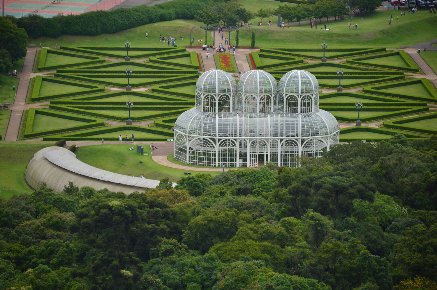 The Botanical Gardens in the city of Curitiba was created in the style of French gardens, with fountains, lakes and an art nouveau style greenhouse, which lights up at night.