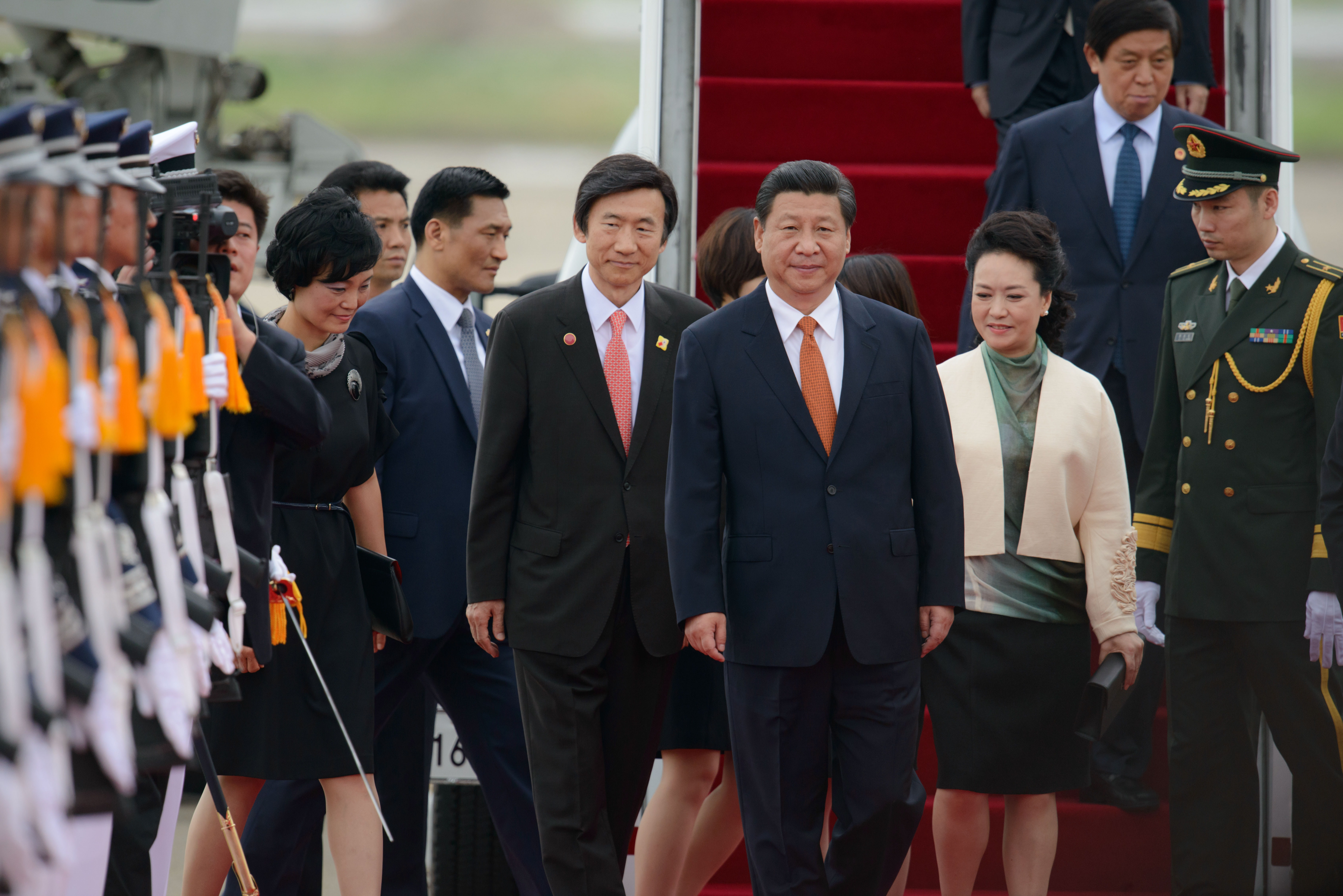 China's President Xi Jinping and his wife Peng Liyuan are welcomed upon arrival at Seoul Air Base on July 3, 2014