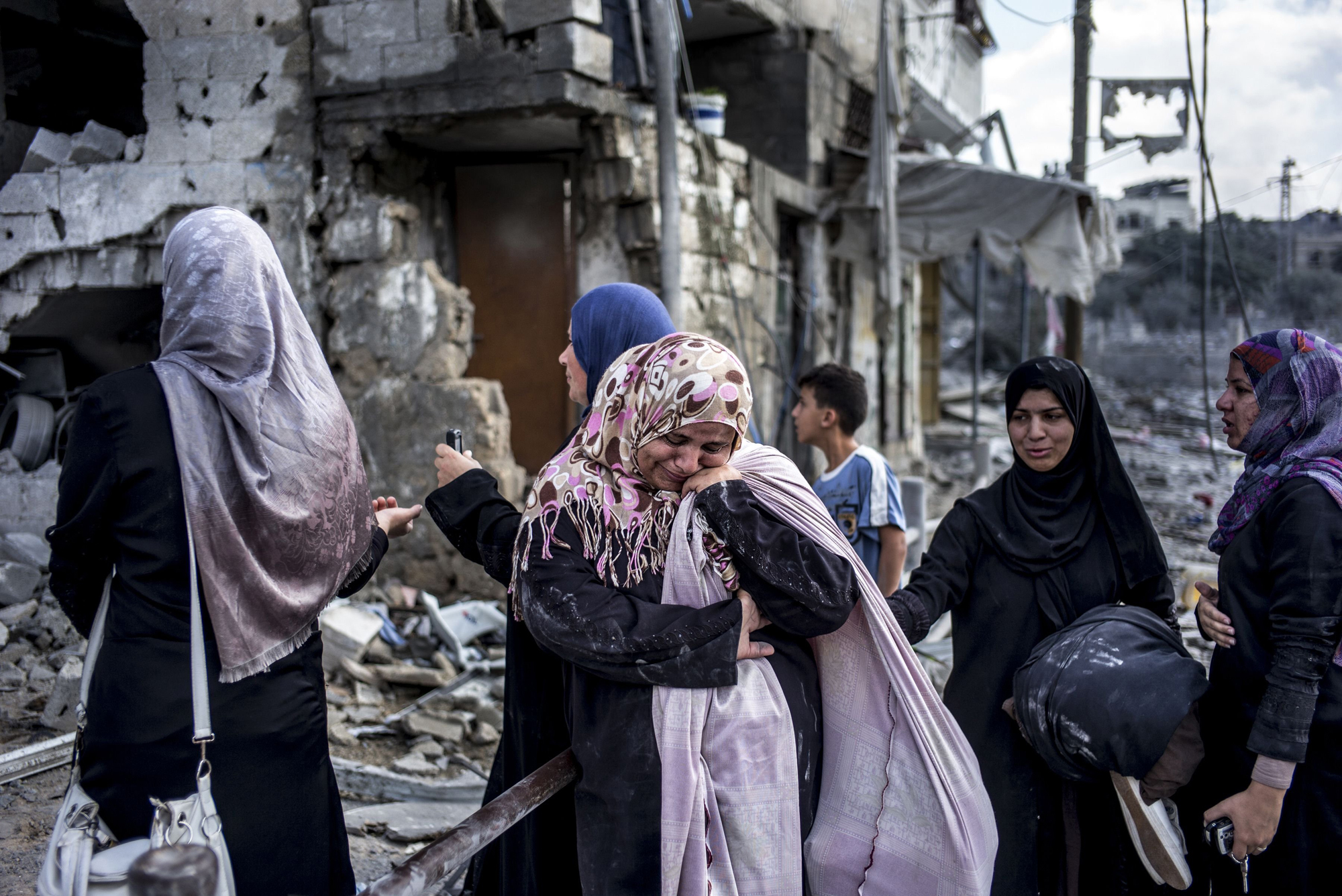 Palestinian women react amid the destruction in the northern district of Beit Hanoun in the Gaza Strip during an humanitarian truce on July 26, 2014.