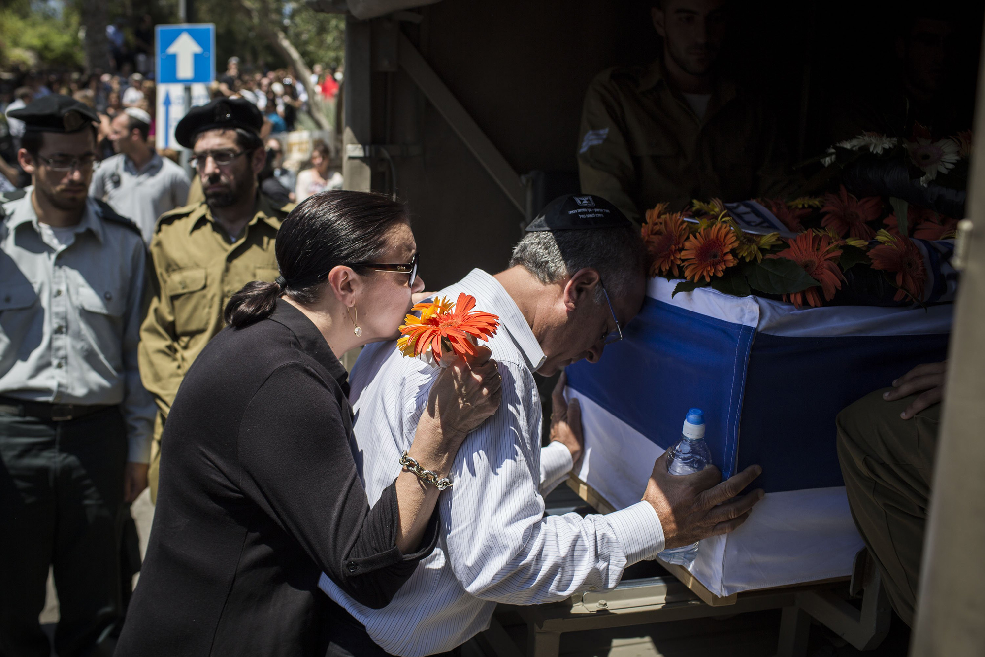 The parents of Sergeant Max Steinberg grieve at his coffin during his funeral on July 23, 2014 in Jerusalem.