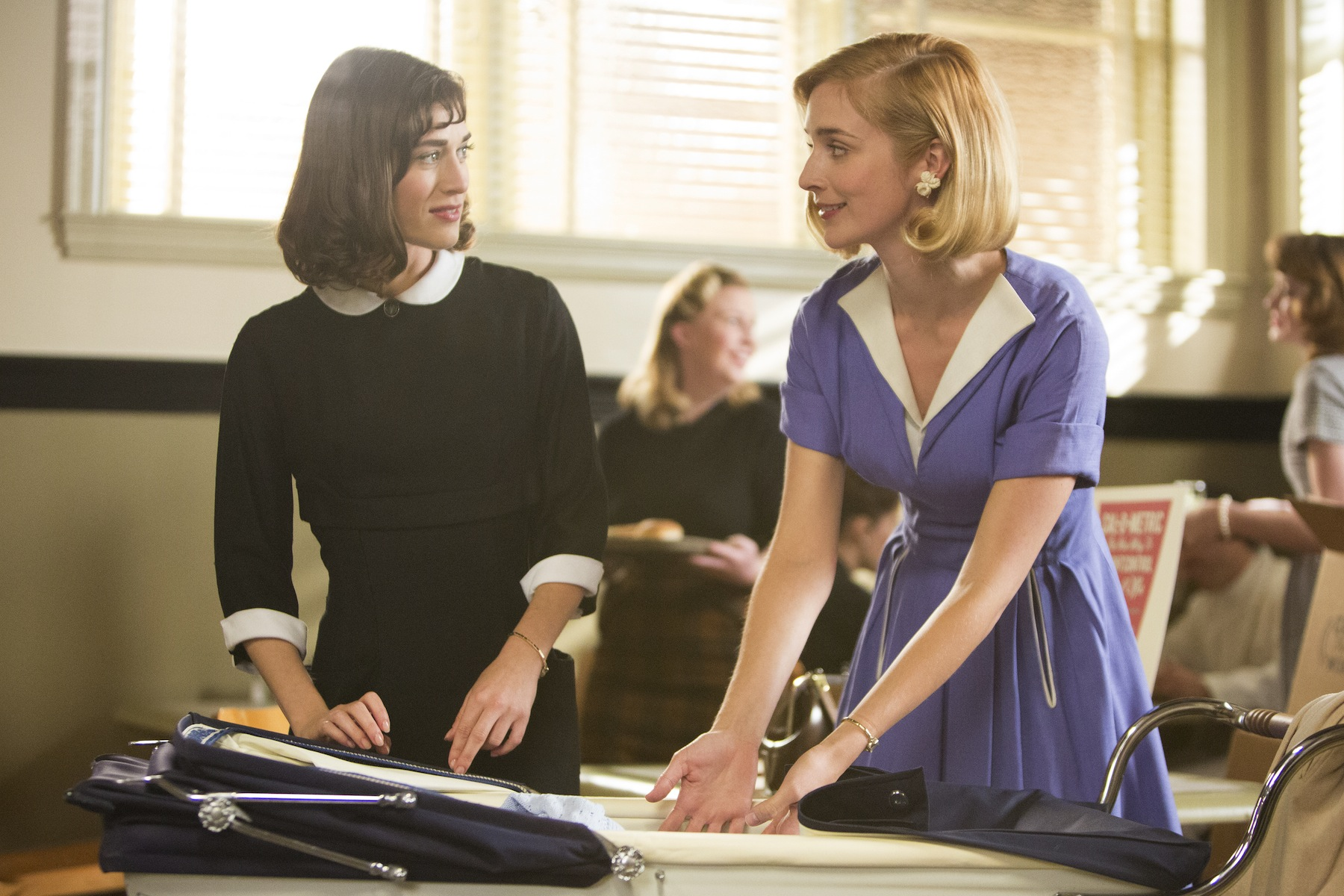 Lizzy Caplan as Virginia Johnson and Caitlin Fitzgerald as Libby Masters in Masters of Sex
