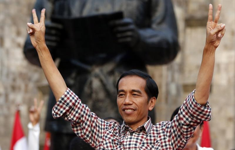 Indonesian presidential candidate Joko  Jokowi  Widodo gestures during a rally in Proklamasi Monument Park in Jakarta July 9, 2014. Both Jokowi and Prabowo Subianto claimed victory in Indonesia's presidential election on Wednesday, suggesting there could be a drawn out constitutional battle to decide who will next lead the world's third-largest democracy.   REUTERS/Darren Whiteside (INDONESIA - Tags: ELECTIONS POLITICS) - RTR3XSOZ