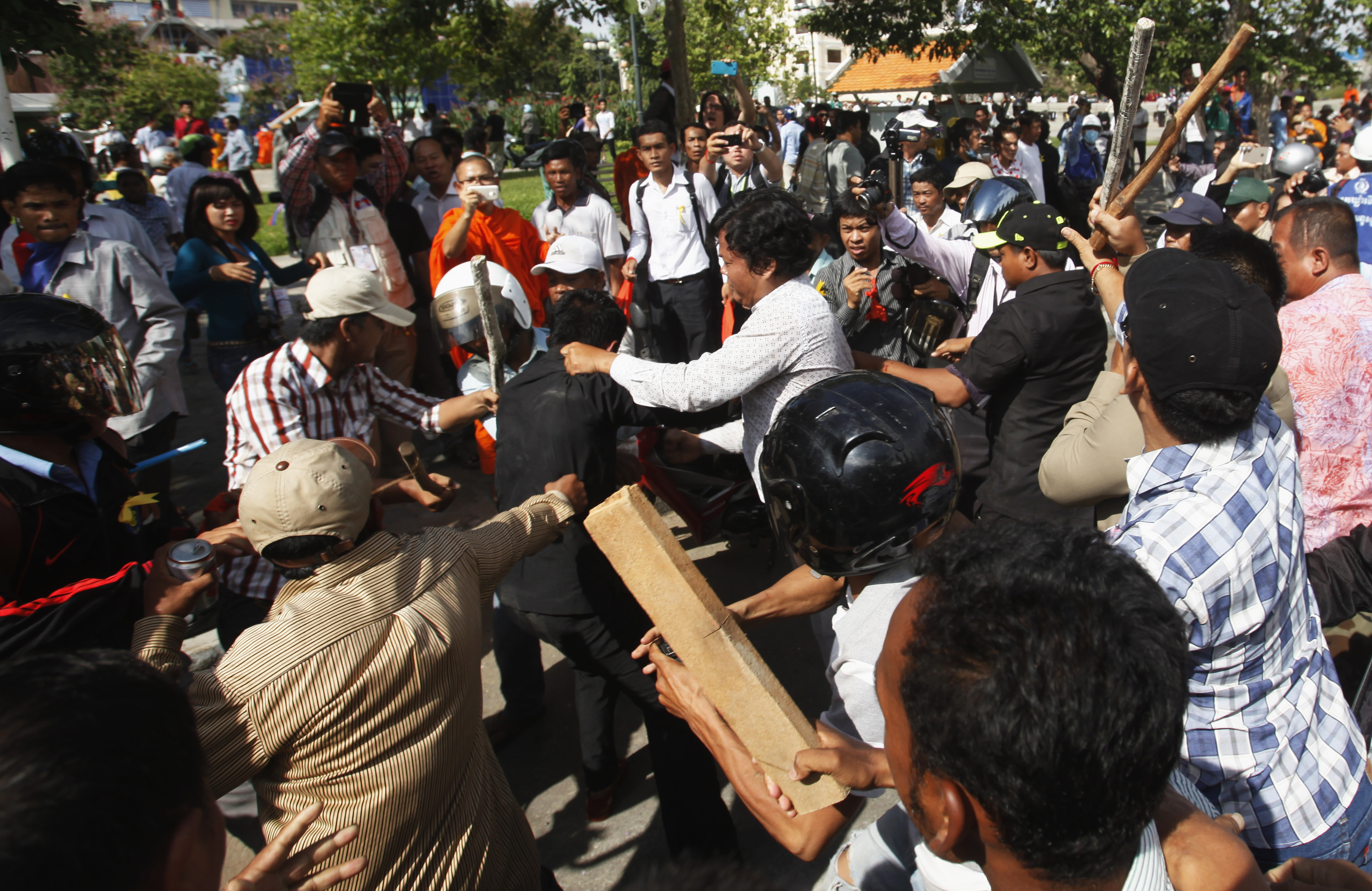Police officers scuffle with protesters during clashes at Freedom Park in central Phnom Penh July 15, 2014.