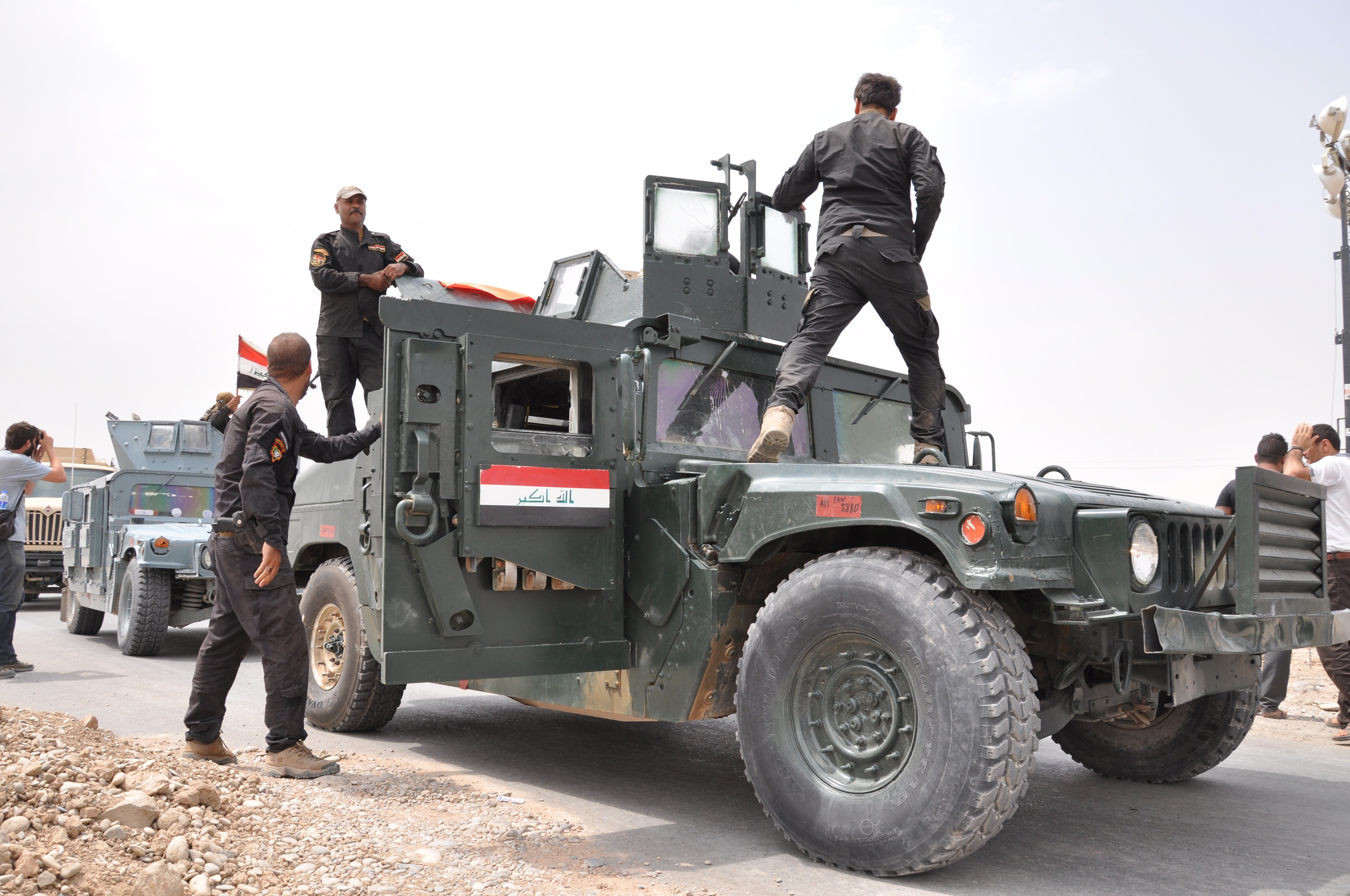 Iraqi army and Peshmerga forces take security precautions against possible ISIS-led attacks around the Mosul Dam on August 19, 2014 in Mosul, Iraq.