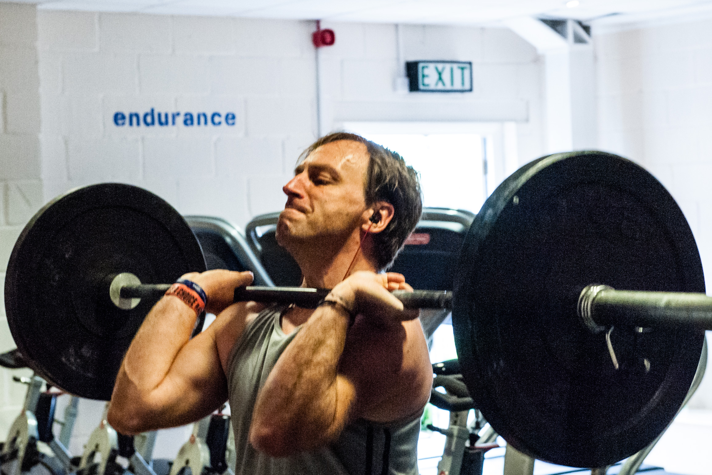 Man lifting weights at Kent and Sussex Crossfit.