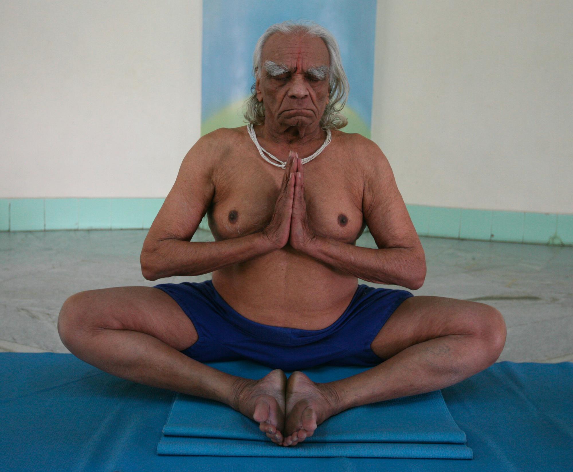 Yogacharya BKS Iyengar performing Yoga at his Yoga Institute in Pune, Maharashtra, India, in 2007.