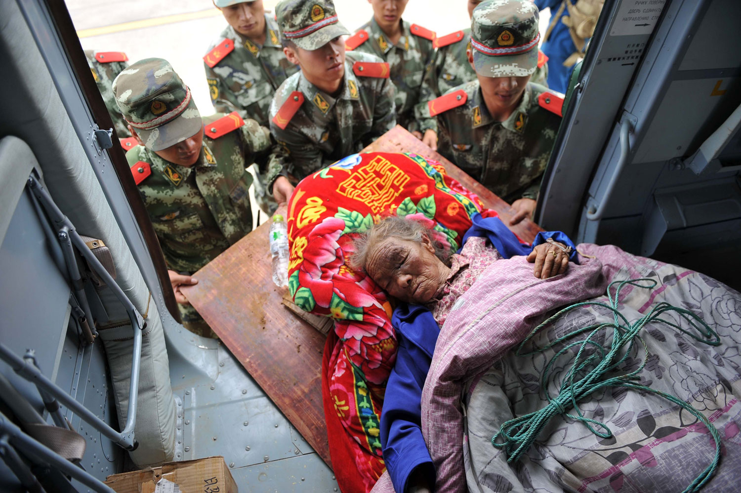 Rescuers cary an injured person in the quake-hit Longtoushan Town of Ludian County in Zhaotong City, southwest China's Yunnan Province on Aug. 4, 2014.