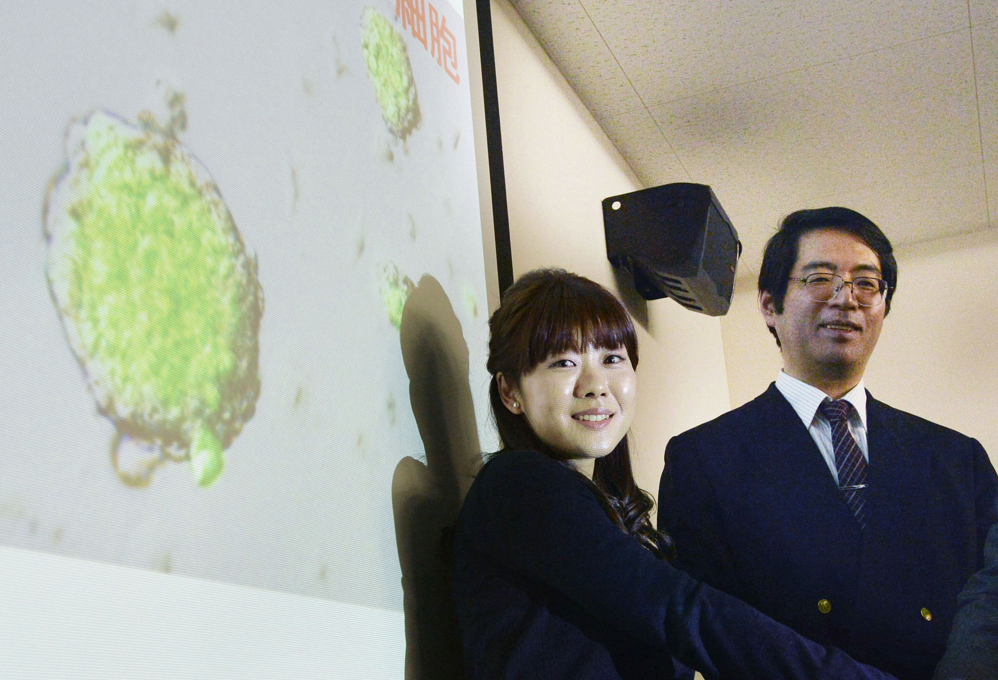 Yoshiki Sasai, right, deputy director of the Riken's Center for Developmental Biology, poses for a photo with Haruko Obokata on Jan. 28, 2014.