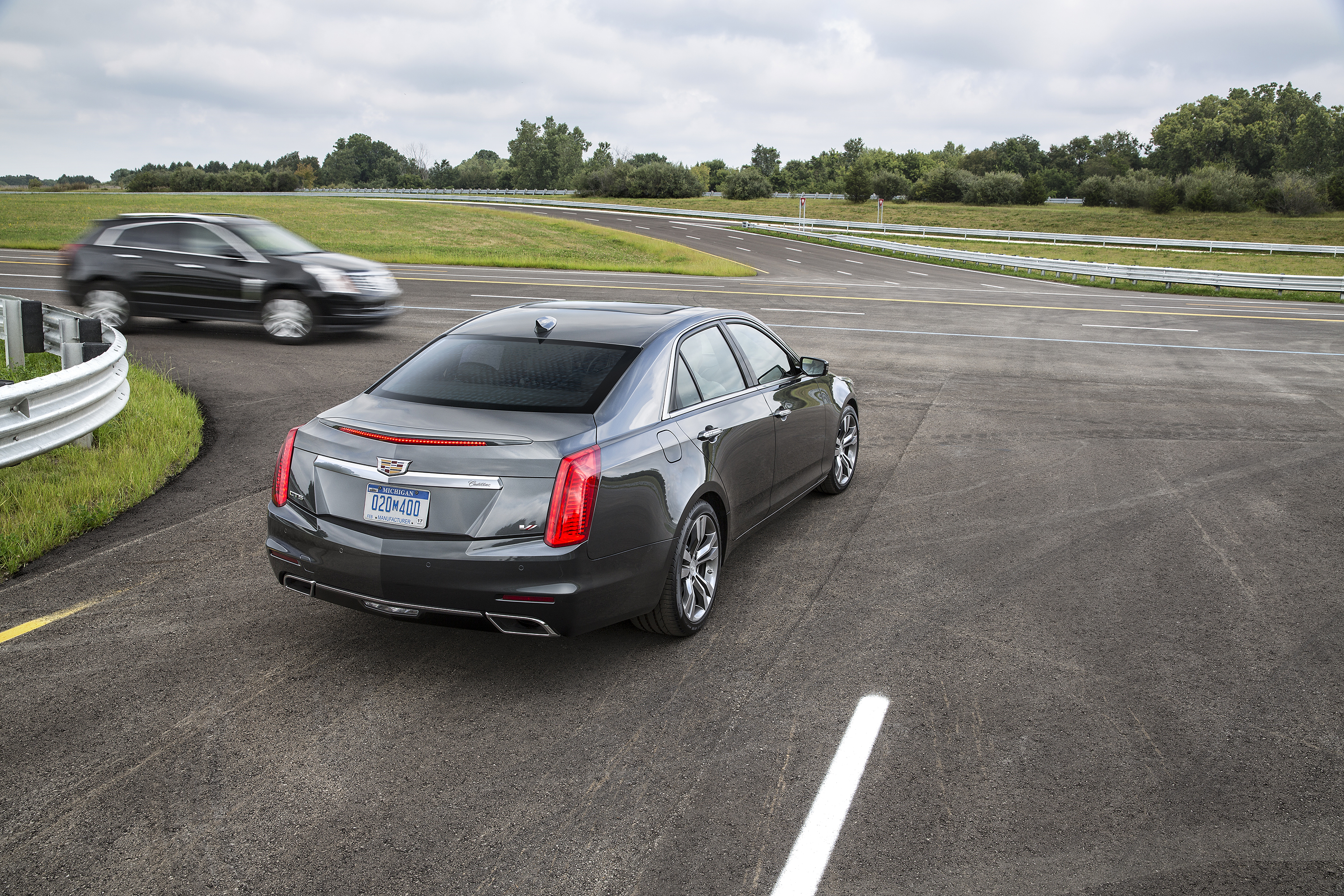 A 2015 Cadillac CTS, equipped with V2V technology, notifies the driver of the approaching Cadillac SRX from the left before the driver could see the vehicle.