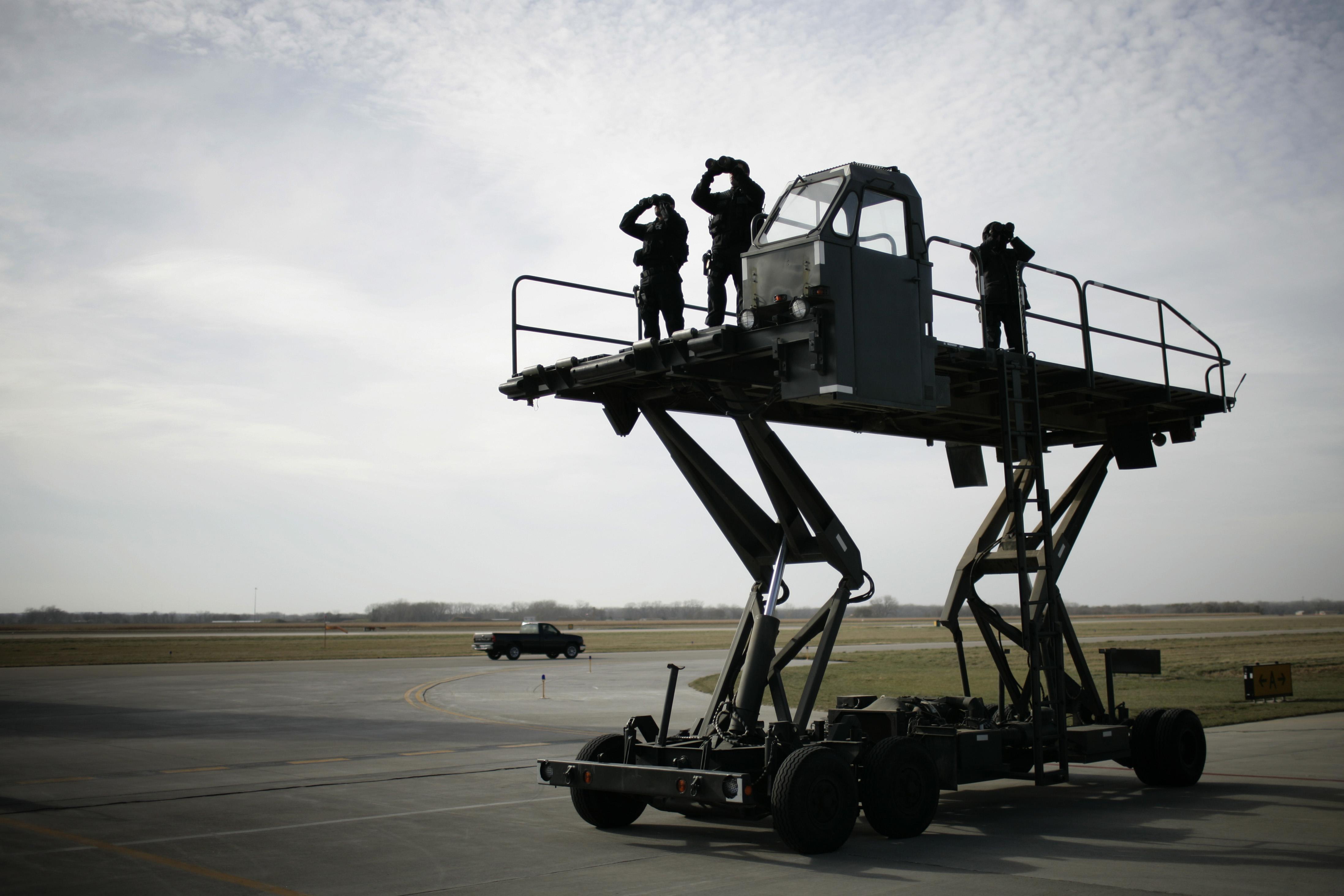 Secret Service agents watch as U.S. President George W. Bush arrives in Cedar Rapids, Iowa on Nov. 3, 2006.
