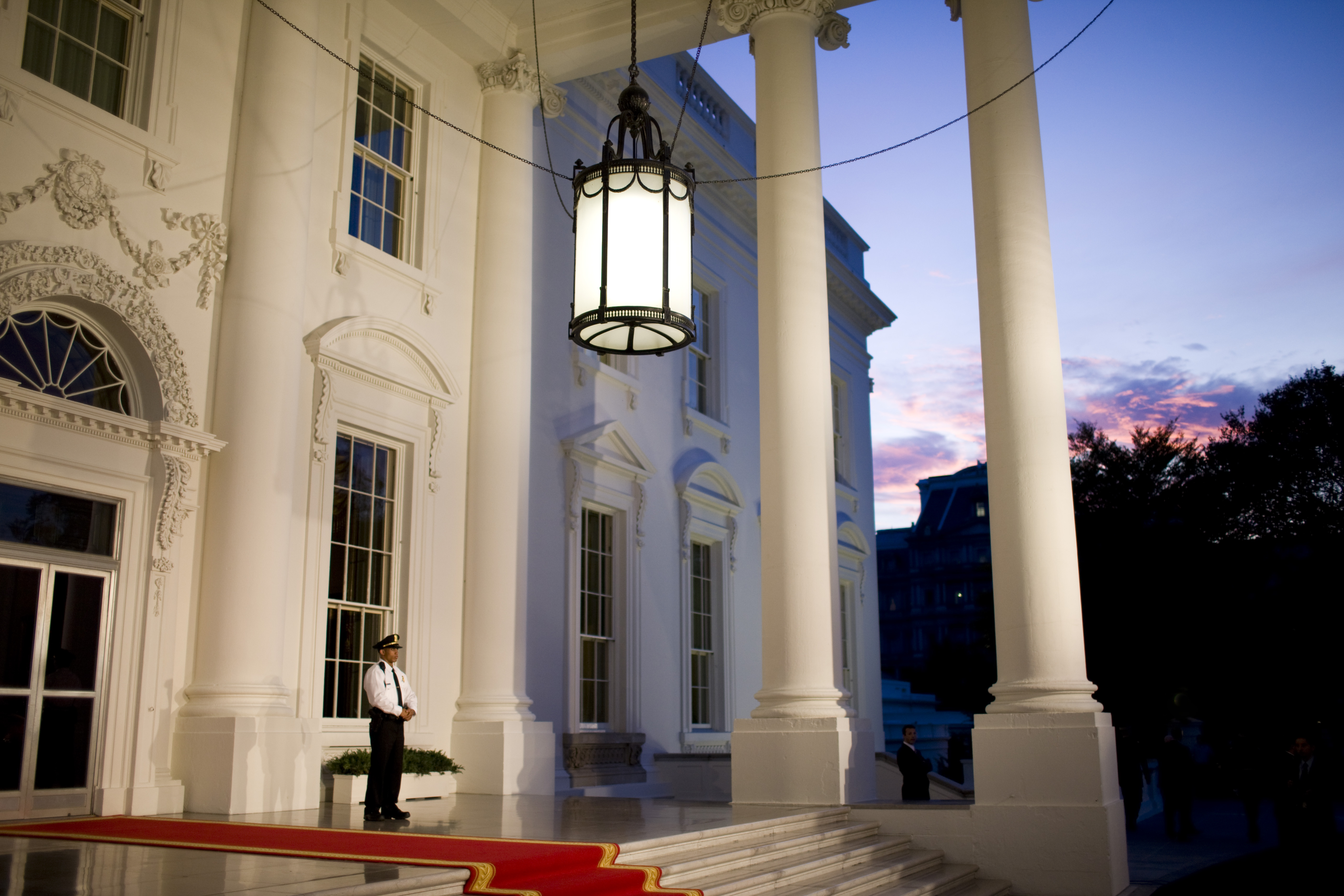 A uniformed secret service agent waits for the arrival of President Bush and Italy's Prime Minister Silvio Berlusconi on the North Portico of the White House in Washington on Oct. 13, 2008.