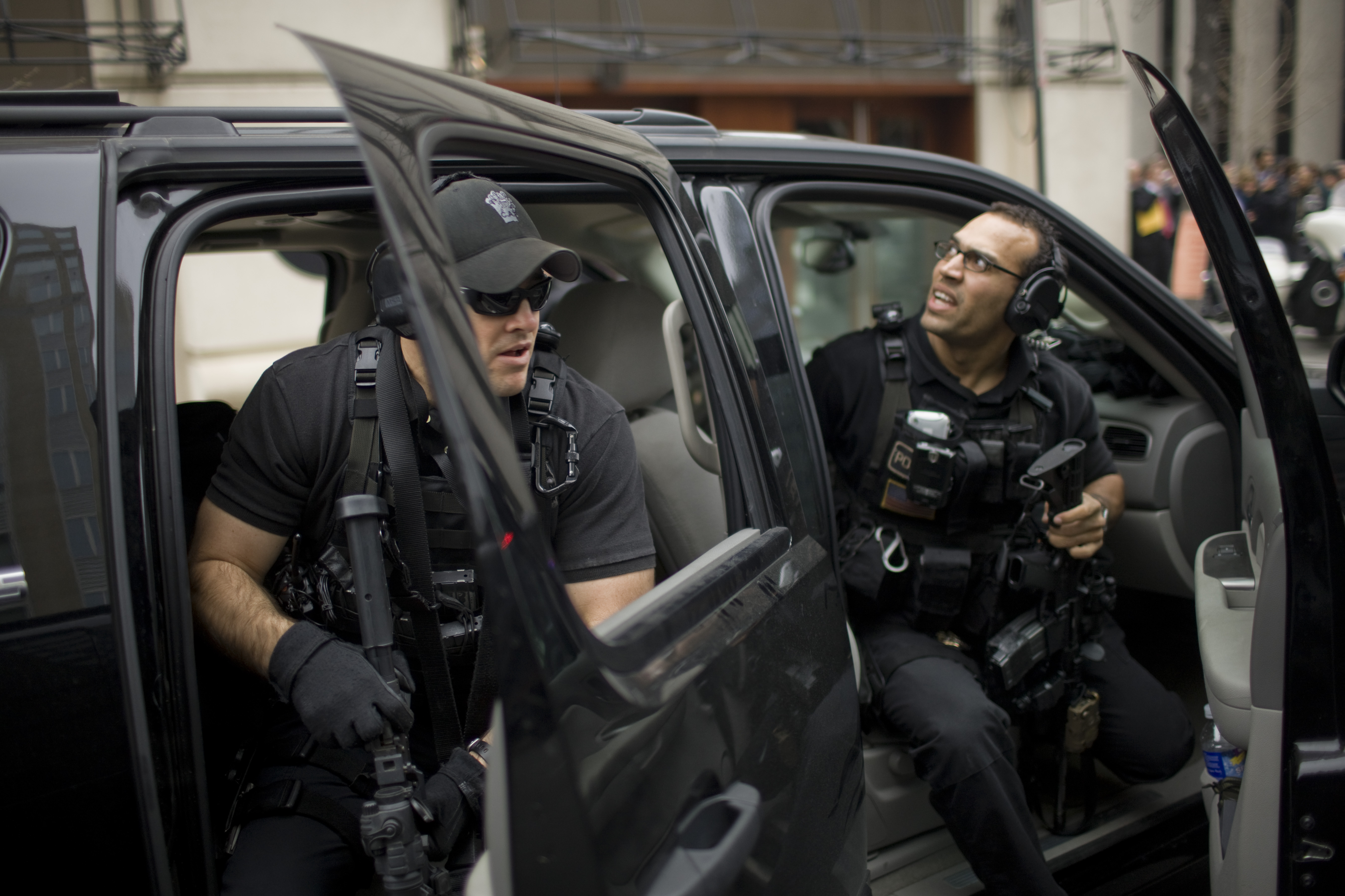 Members of the Counter Asault Division of the US Secret Service keep an eye on the crowd as President Barack Obama departs the Annual Legislative Conference of the United States Hispanic Chamber of Commerce in Washington on March 10, 2009.