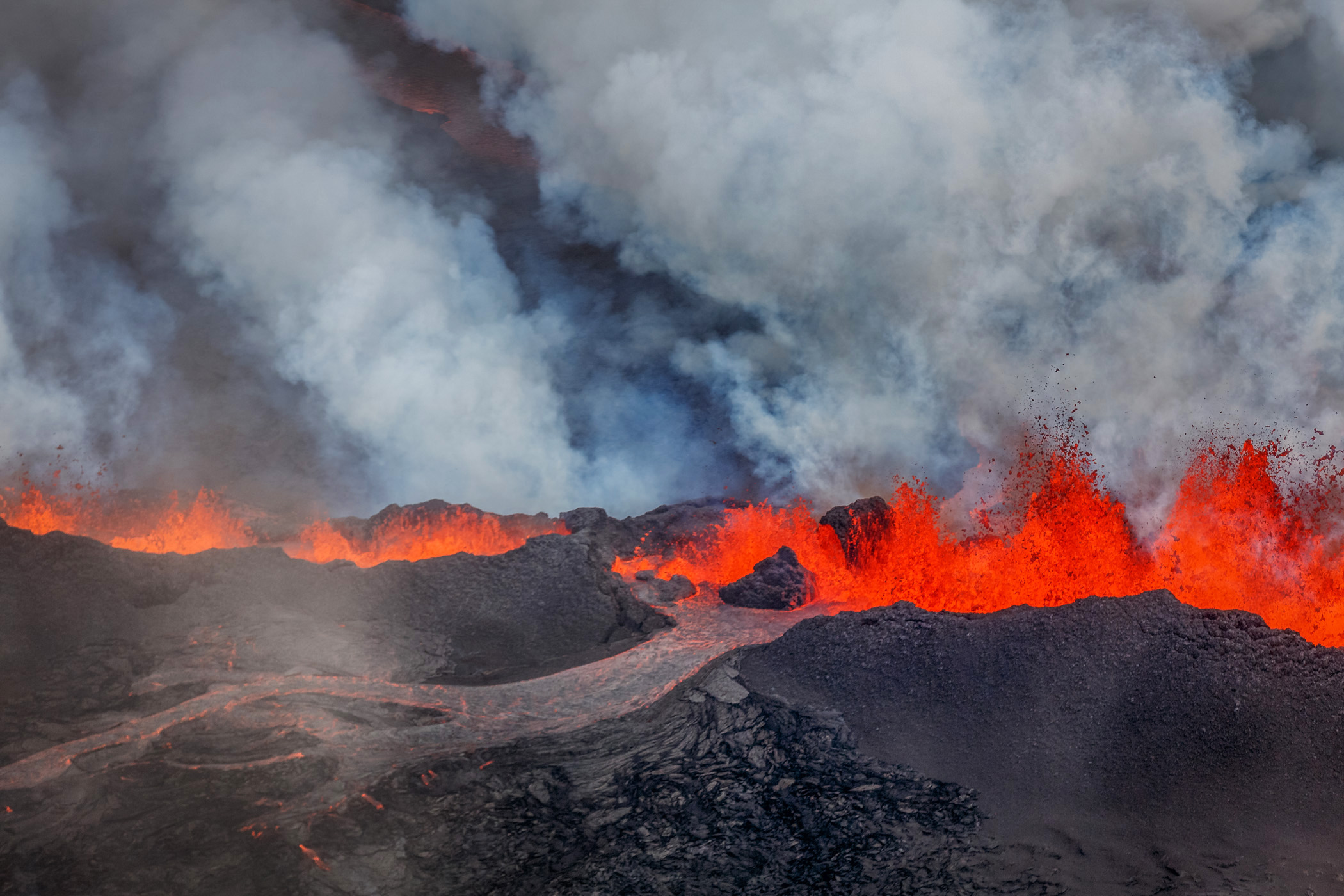 A close-up view of the lava flow and massive plumb of water vapor. Bardarbunga, Sept. 1, 2014.
