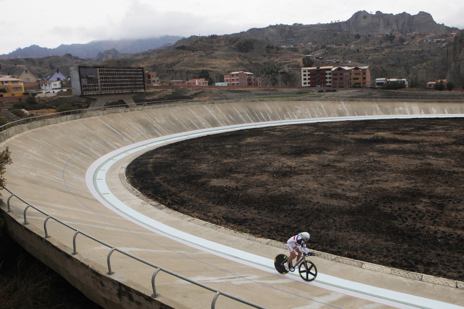 Aug. 31, 2014. French cyclist Claude Bares, rides on his bicycle at the Alto Irpavi velodrome in La Paz, Bolivia. Bares, 75, raced 36 kms., 402 mts, and 55 cms. in an hour, trying to break his own world record in the 75-80 years category that he set last April in France.