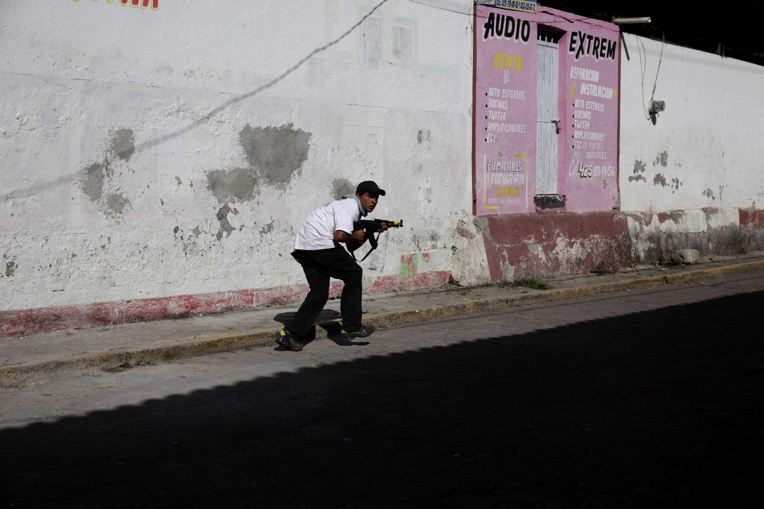 Jan. 4, 2014. A vigilante gunman in Paracuaro, Michoac‡n.