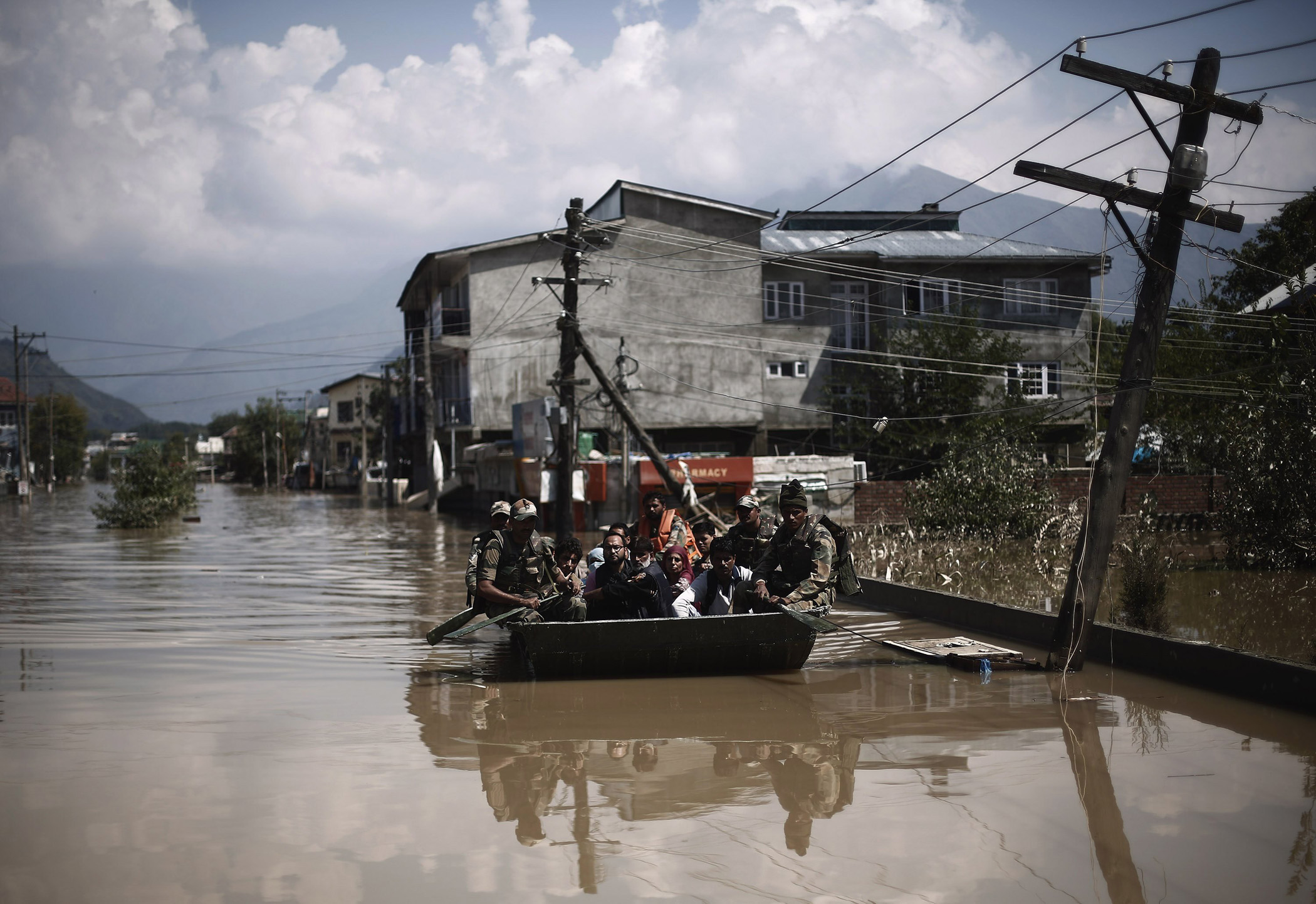 Indian army soldiers evacuate flood victims by a boat to a safer place in Srinagar, Sept. 13, 2014.