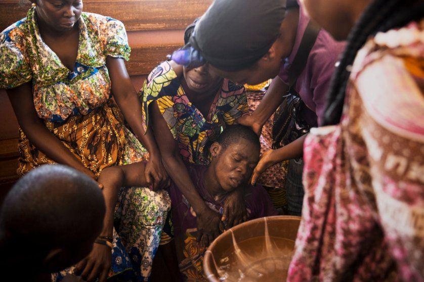 Bangui.A man who survived a grenade attack that killed 13 persons, including a woman and 2 kids, at Fatima district, is collapsing at the morgue of the hospital where some relatives body where brought.