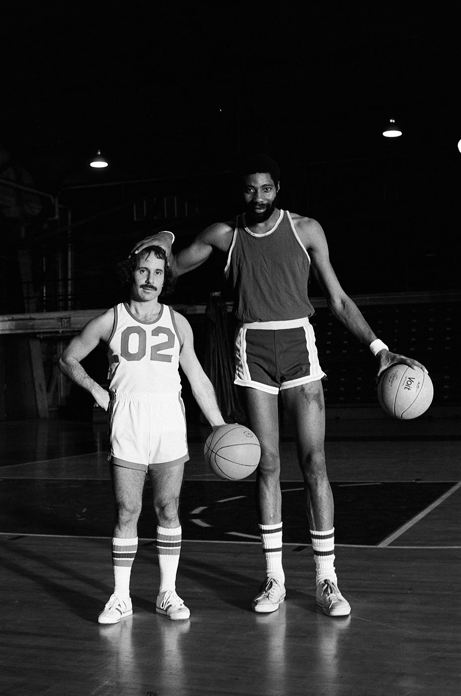 """Paul Simon and Connie Hawkins during the """"Paul Simon vs. Connie Hawkins"""" skit on October 18, 1975."""