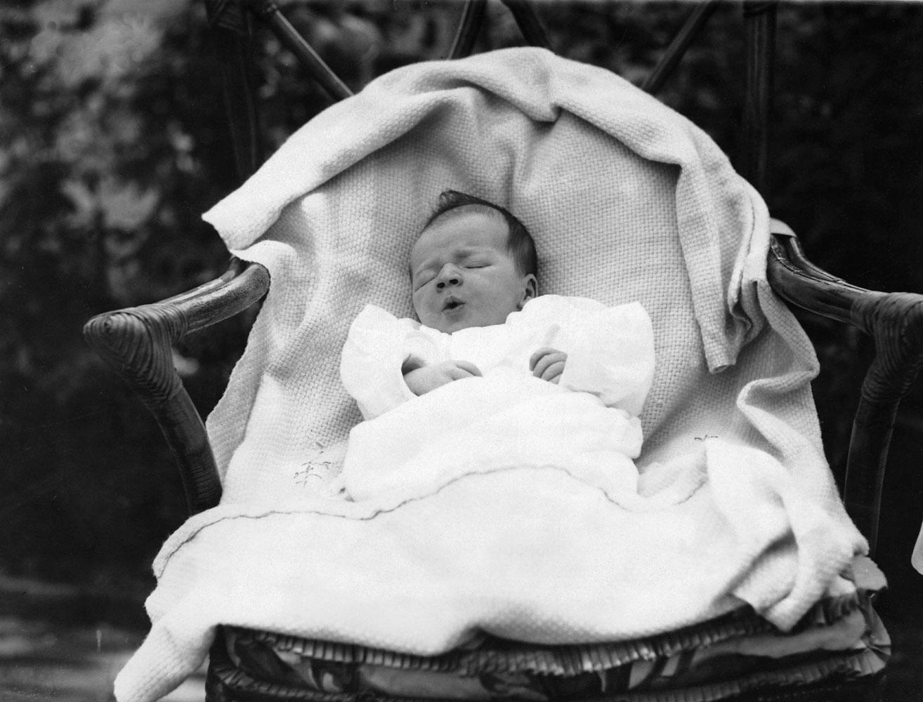 LE FILS DE CHARLES LINDBERGH AGE DE DEUX SEMAINES EN 1930