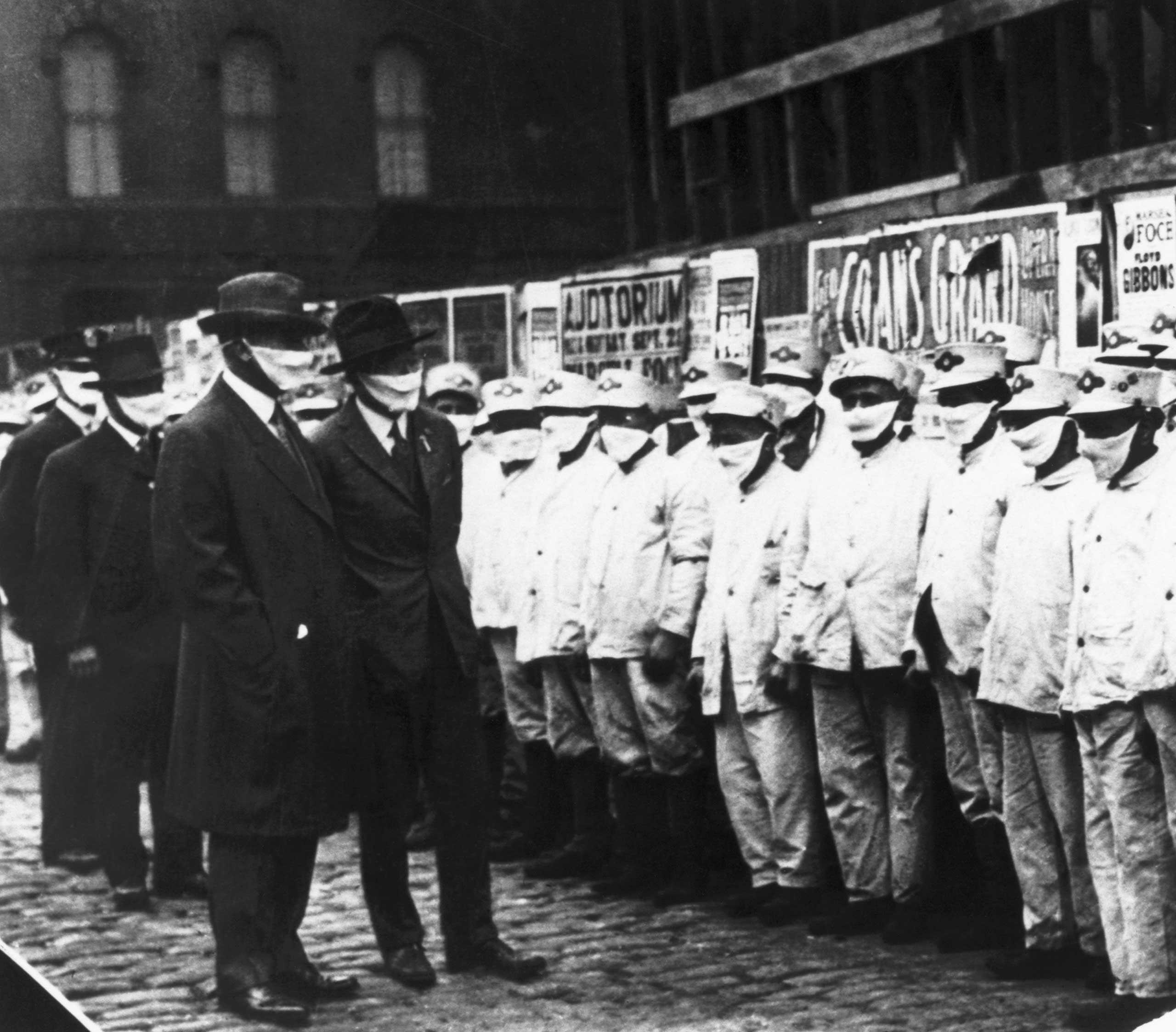 Inspecting Chicago street cleaners for influenza, 1918.