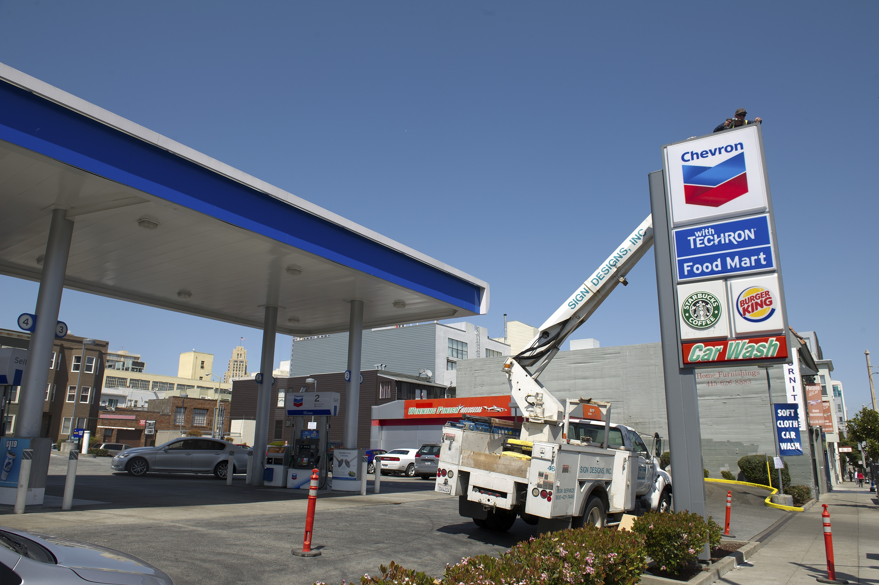 <strong>Chevron</strong> Chevron, the U.S.'s second-largest oil company after Exxon Mobil, posted a 5.4% decrease in total revenue in 2013, to $228.9 billion. Chevron Chief Executive John Watson said results were hurt by lower global crude oil prices and refining margins, as well as fewer asset sale gains and higher expenses. The company expects production will increase in 2015 and beyond. Chevron says it has also made progress with its projects in Australia and the Gulf of Mexico.