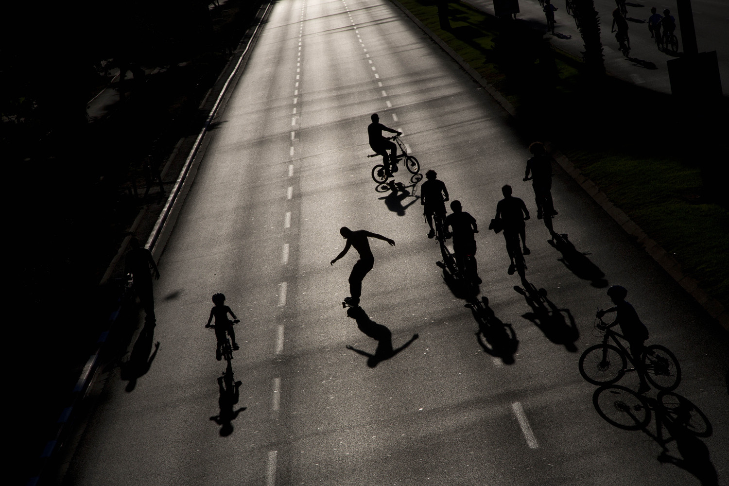 Israelis ride their bicycles and skateboards on a car-free highway, during the holiday of Yom Kippur in Tel Aviv, Oct 4. 2014.