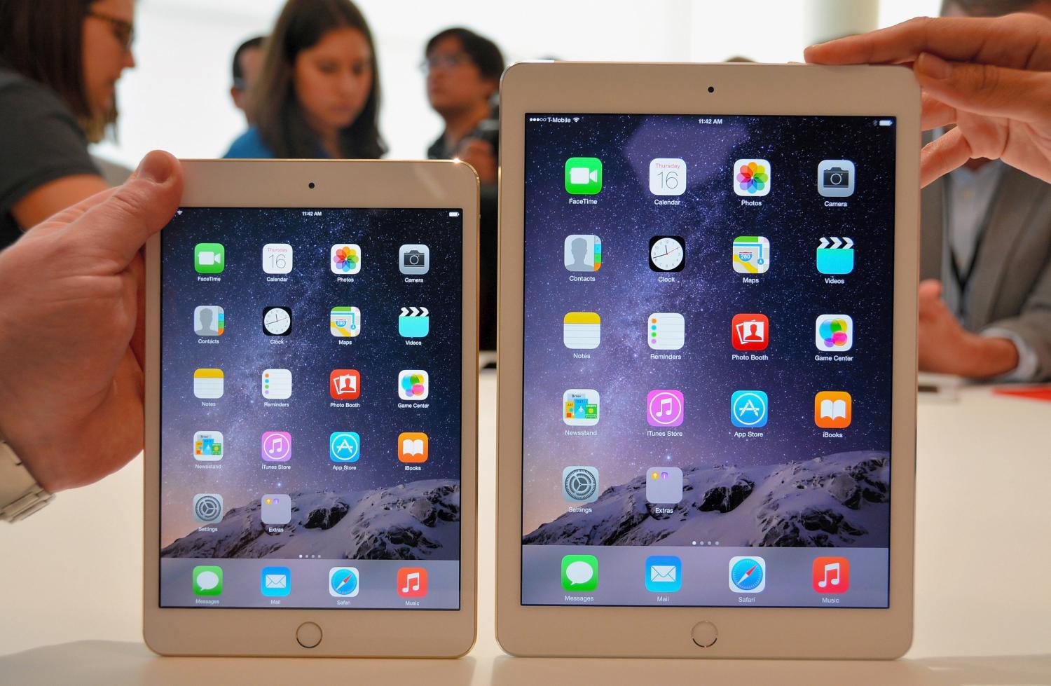 The iPad Mini 3 (left) and the iPad Air 2 (right)