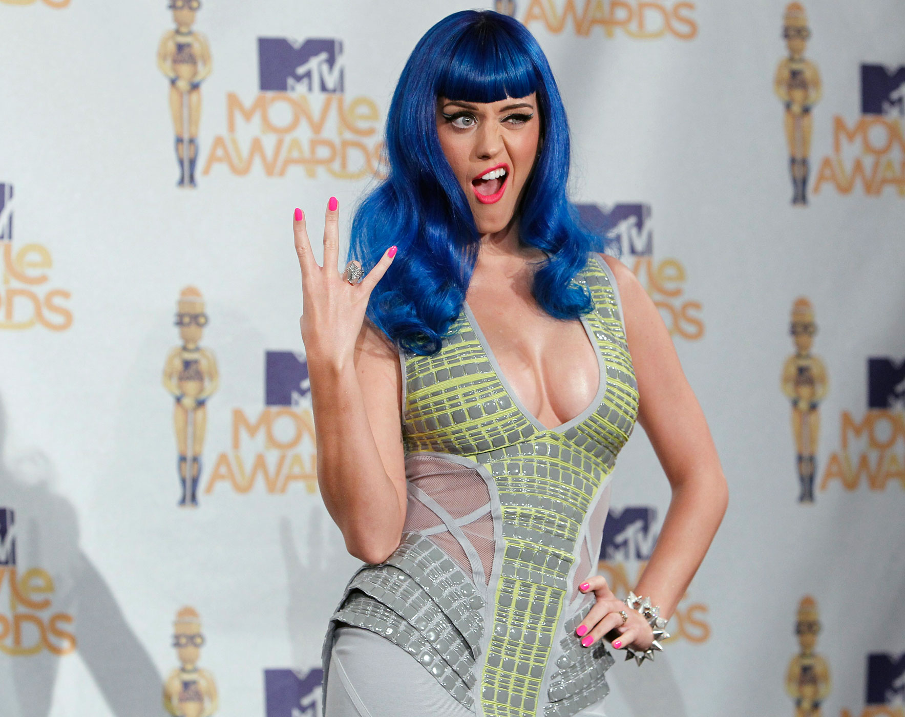 Katy Perry poses backstage after performing at the 2010 MTV Movie Awards in Los Angeles June 6, 2010.