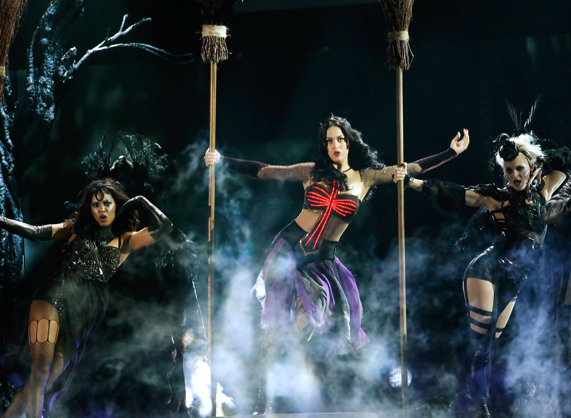 """Katy Perry performs """"Dark Horse"""" at the 56th annual Grammy Awards in Los Angeles, California January 26, 2014."""