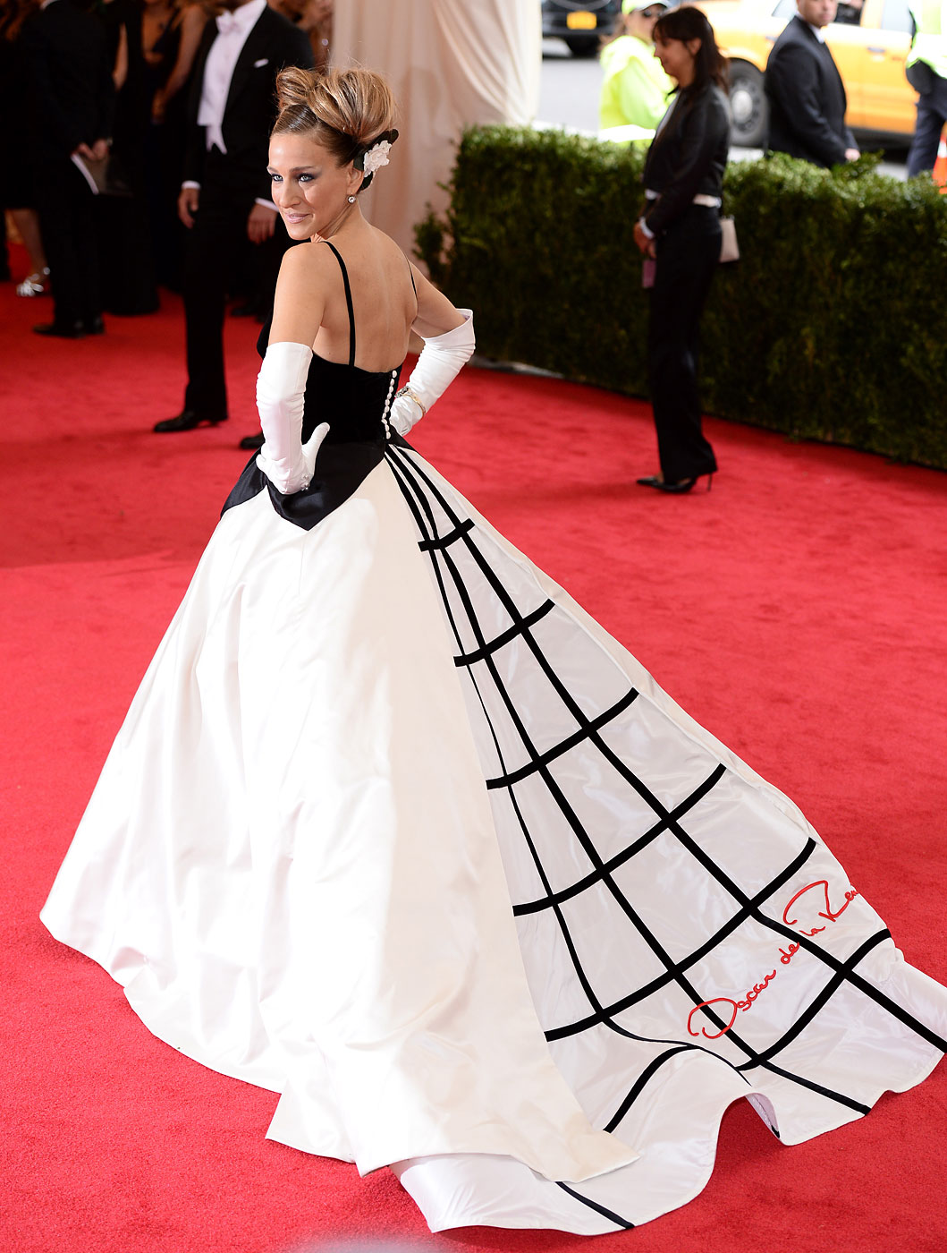 Sarah Jessica Parker wears Oscar de la Renta to the  Charles James: Beyond Fashion  Costume Institute Gala held at the Metropolitan Museum of Art on May 5, 2014 in New York City.