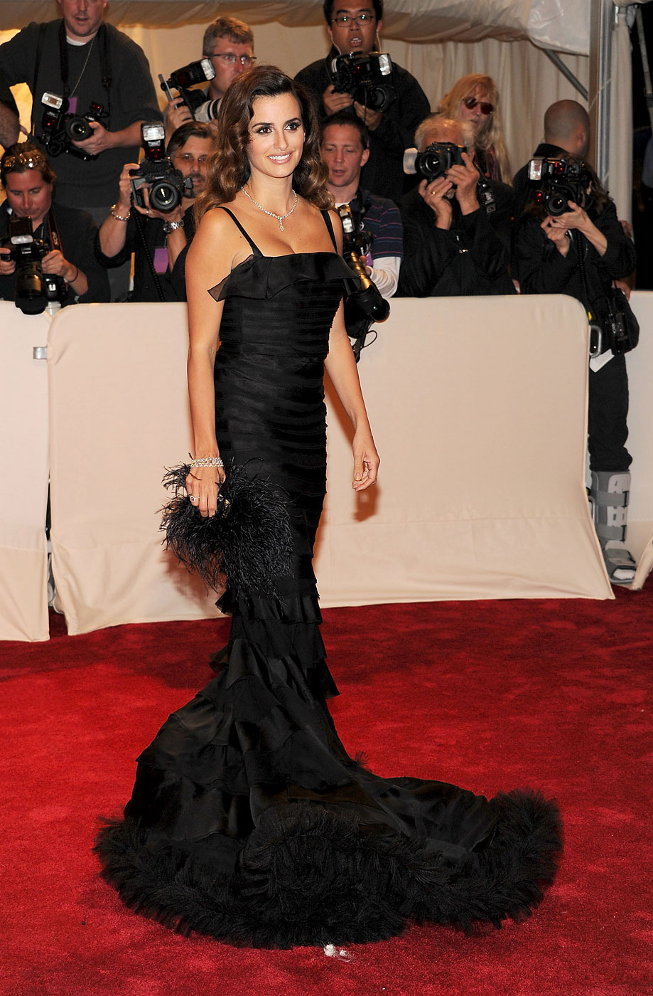 Penelope Cruz wears Oscar de la Renta to the  Alexander McQueen: Savage Beauty  Costume Institute Gala at The Metropolitan Museum of Art on May 2, 2011 in New York City.