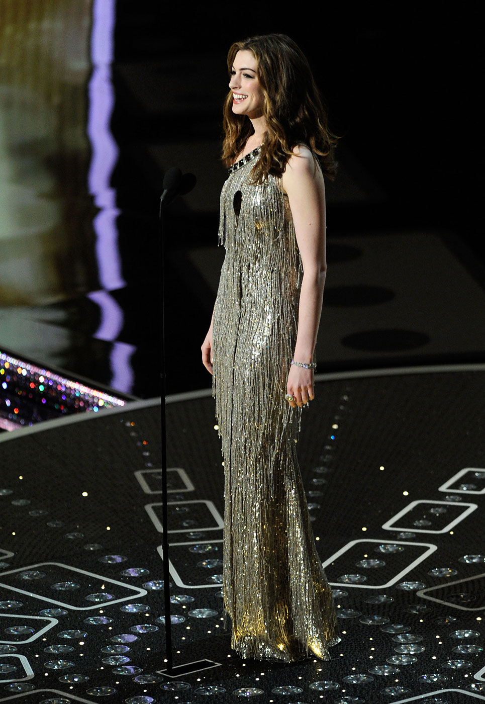 Anne Hathaway wears Oscar de la Renta  onstage during the 83rd Annual Academy Awards at the Kodak Theatre on February 27, 2011 in Hollywood, California.
