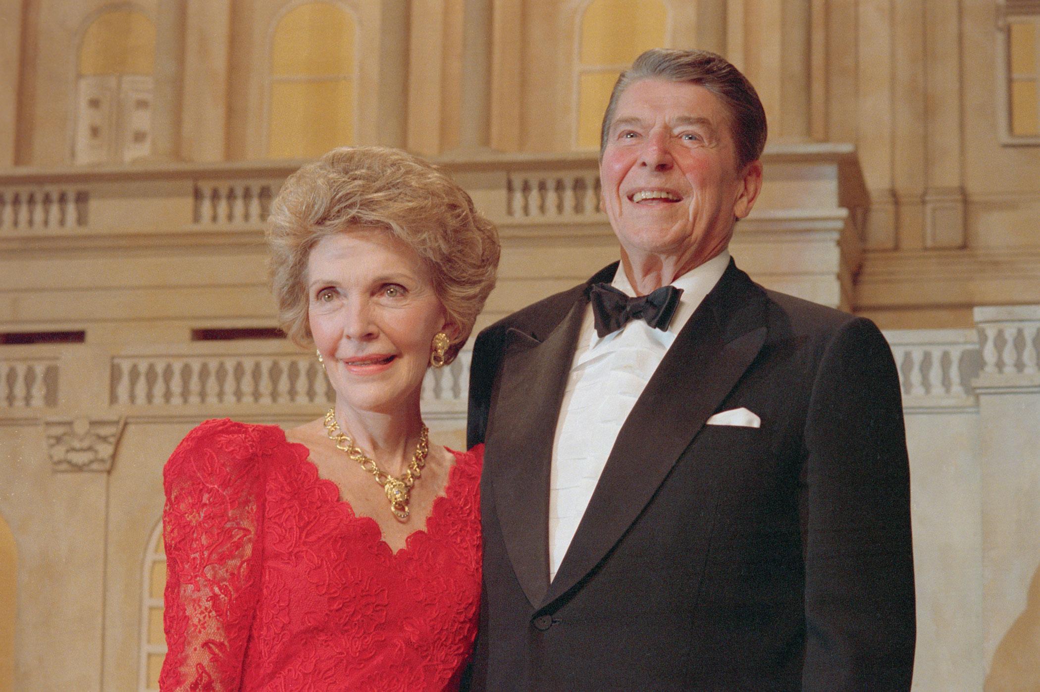 Nancy Reagan wears Oscar de la Renta to the 1988 President's Dinner.