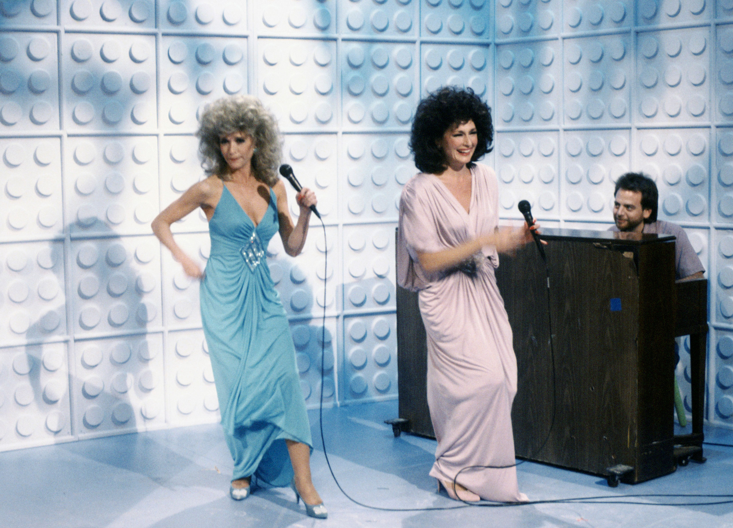 From left: Nora Dunn as Liz Sweeney, Jan Hooks as Candy Sweeney and Marc Shaiman as Skip St. Thomas during the Instant Coffee skit on Oct. 18, 1986.