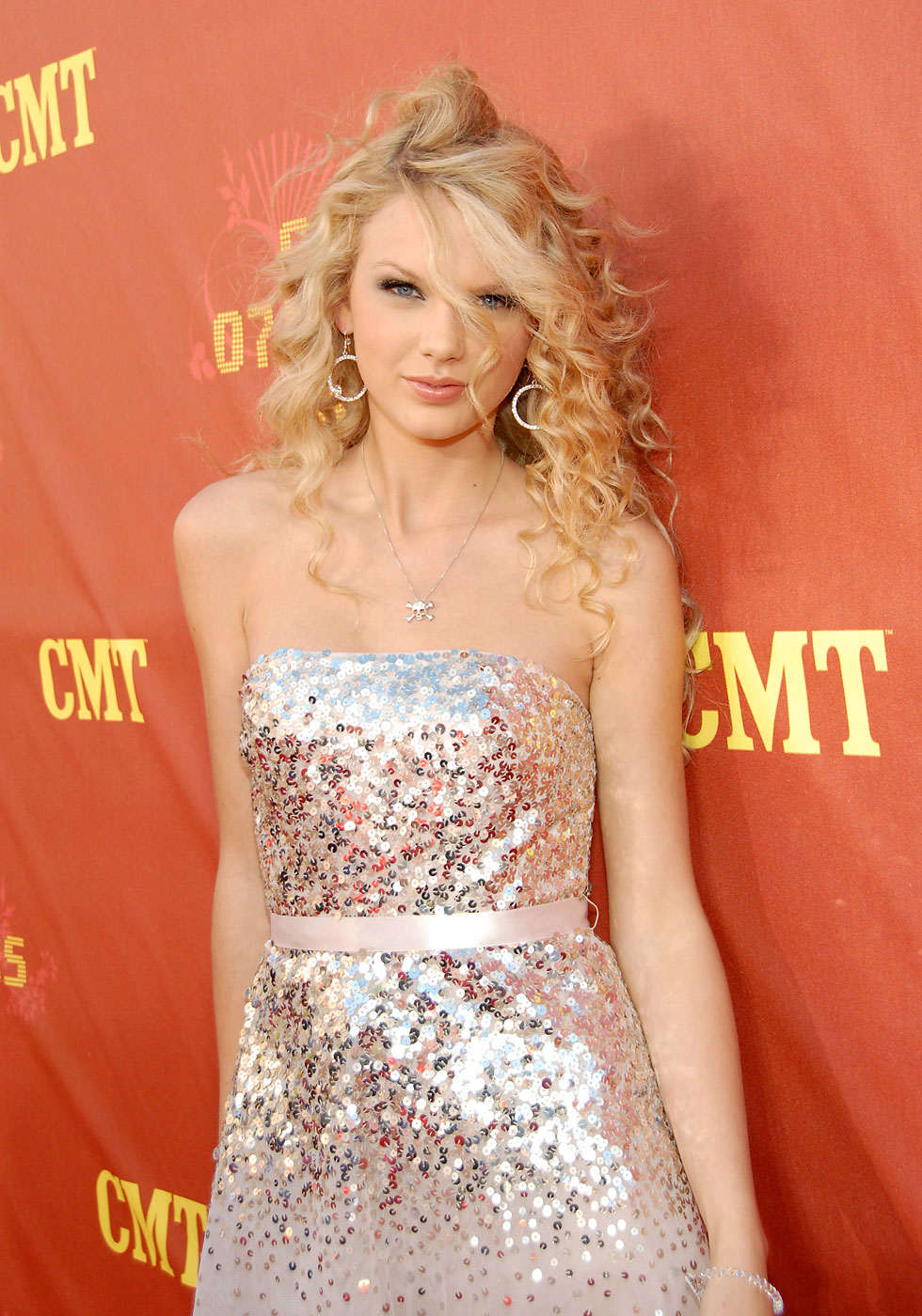Taylor Swift arrives at the 2007 CMT Music Awards.