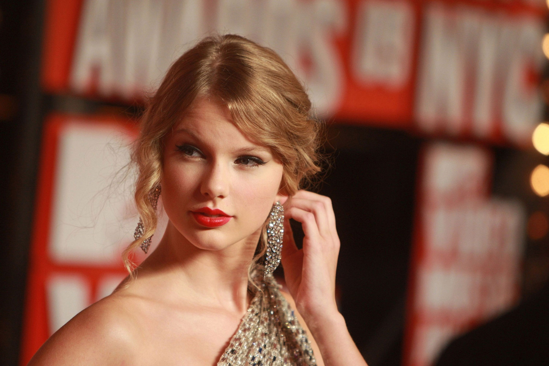 Taylor Swift arrives to the 2009 MTV Video Music Awards at Radio City Music Hall in New York City.