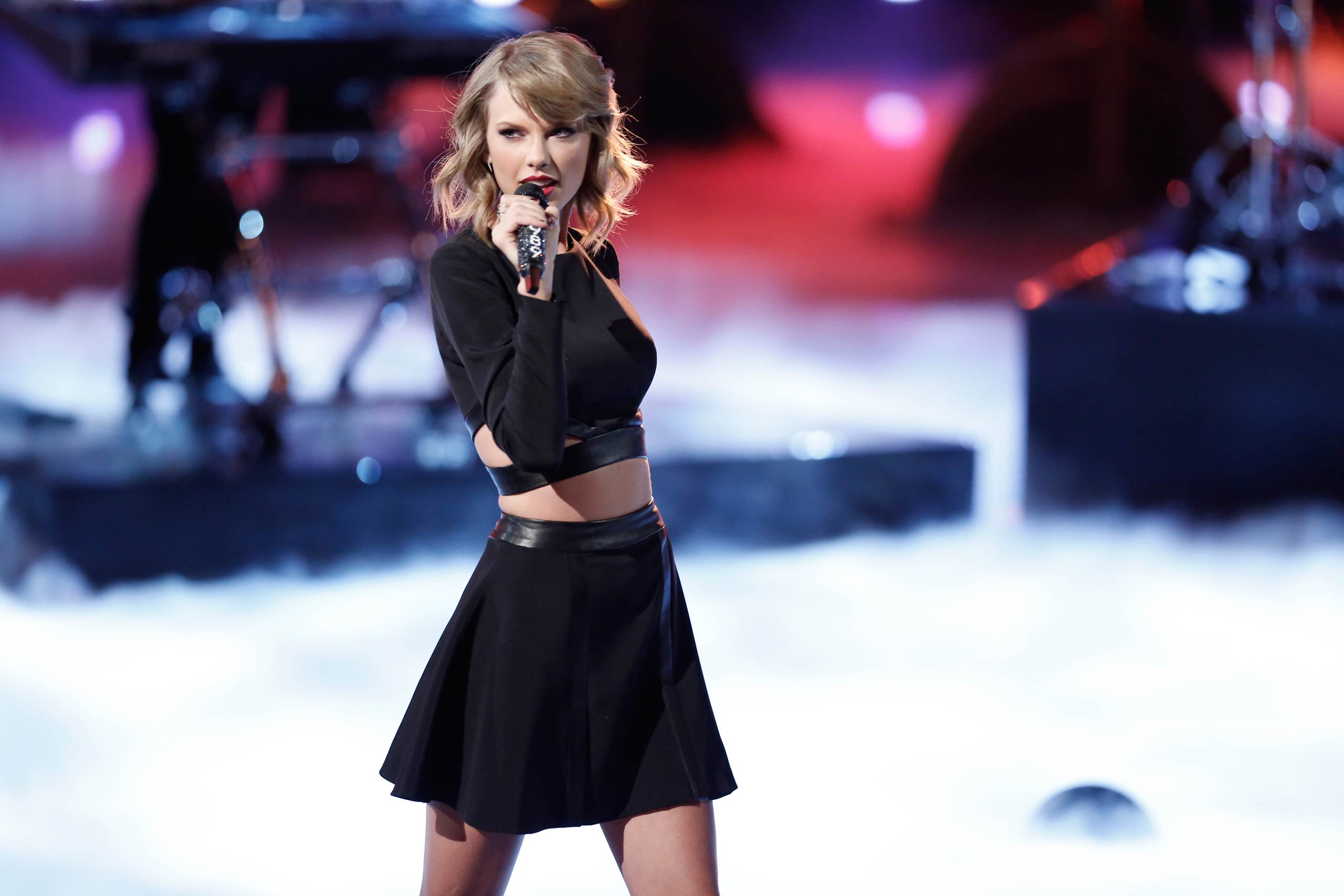 Taylor Swift performs on <i>The Voice</i> in 2014.