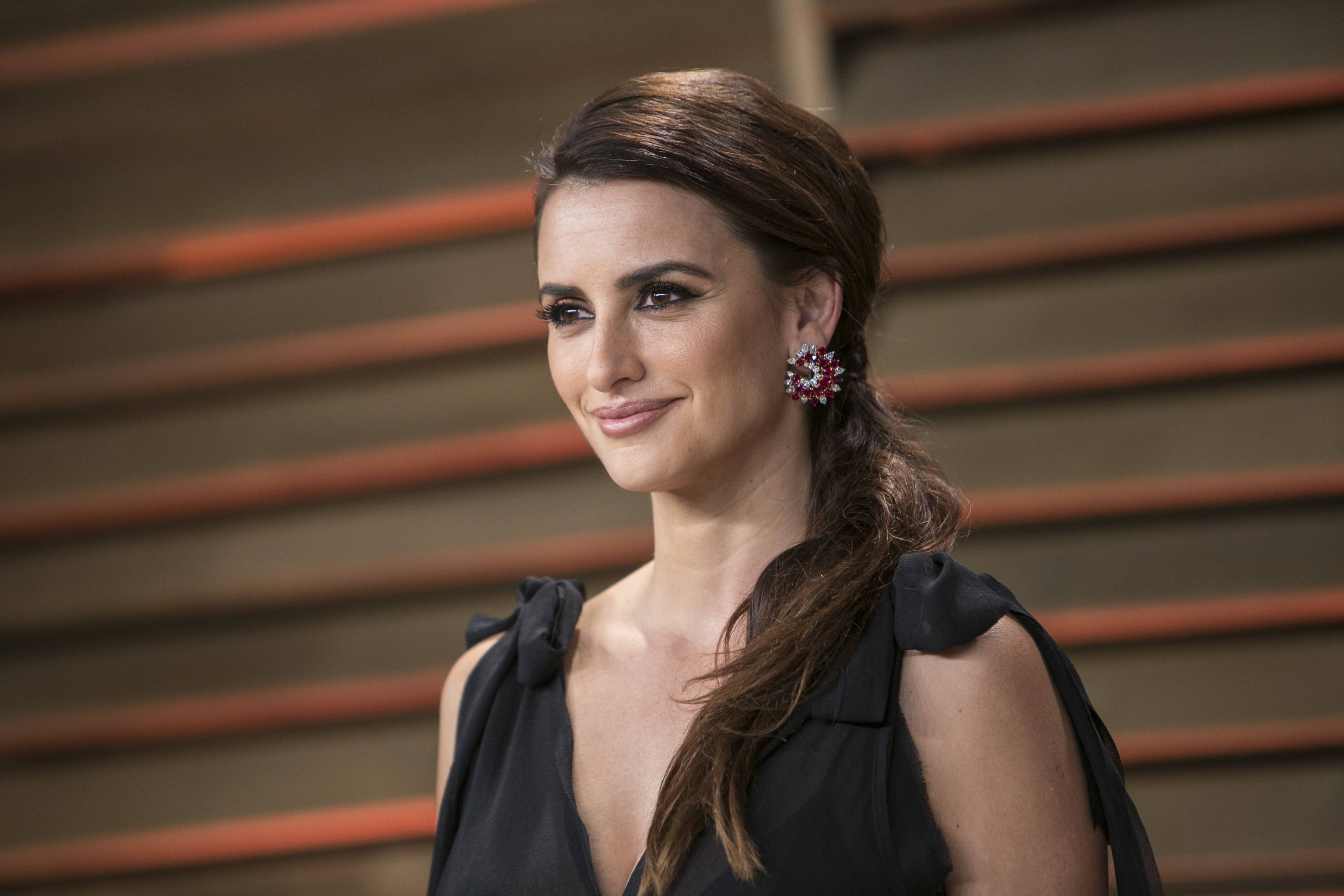 Penelope Cruz arrives at the 2014 Vanity Fair Oscar Party on March 2, 2014 in West Hollywood, California