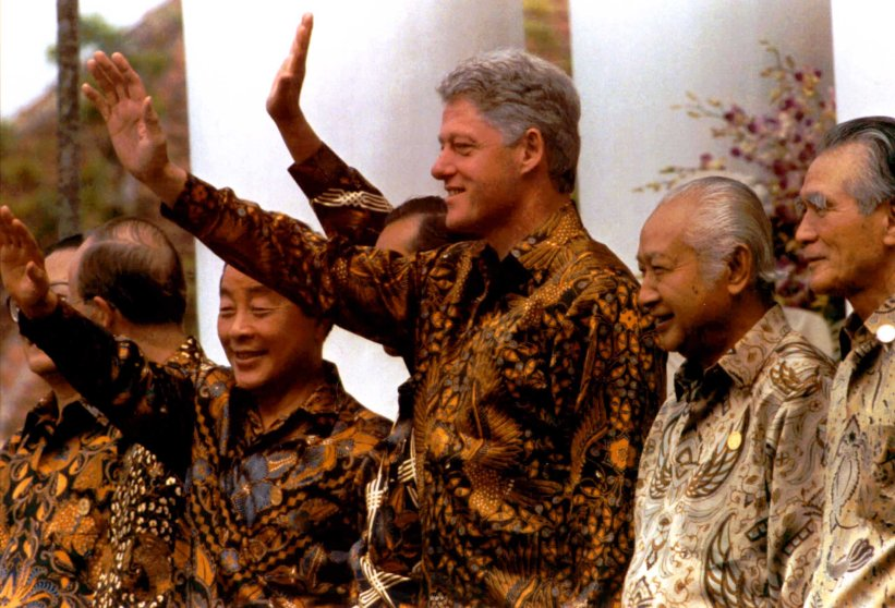 Asia-Pacific Economic Cooperation (APEC) leaders dressed in traditional Indonesian batik wave during a photo session prior to their meeting in Bogor, Indonesia on Nov. 15, 1994.