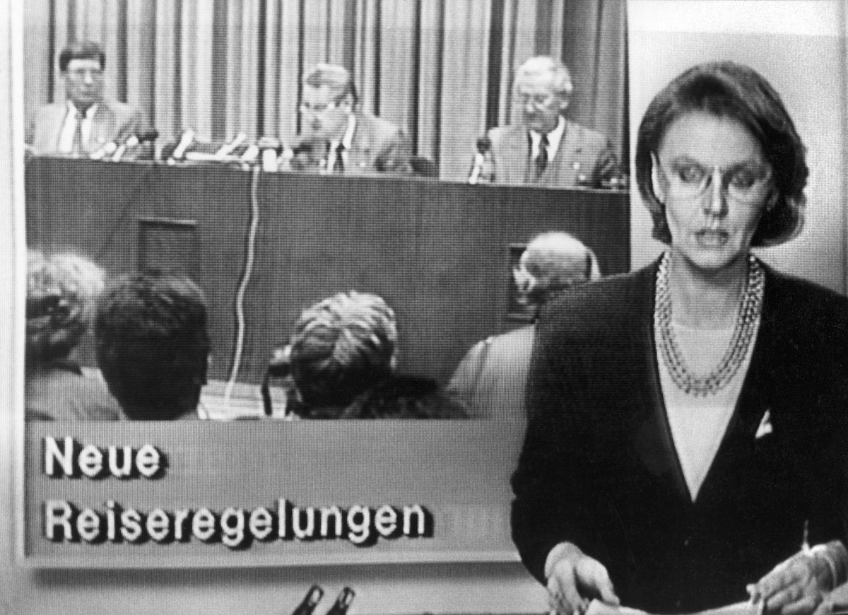 GDR television informs the population about new travelling rules for GDR citizens in the news programme 'Aktuelle Kamera' on the evening of Nov. 9, 1989.