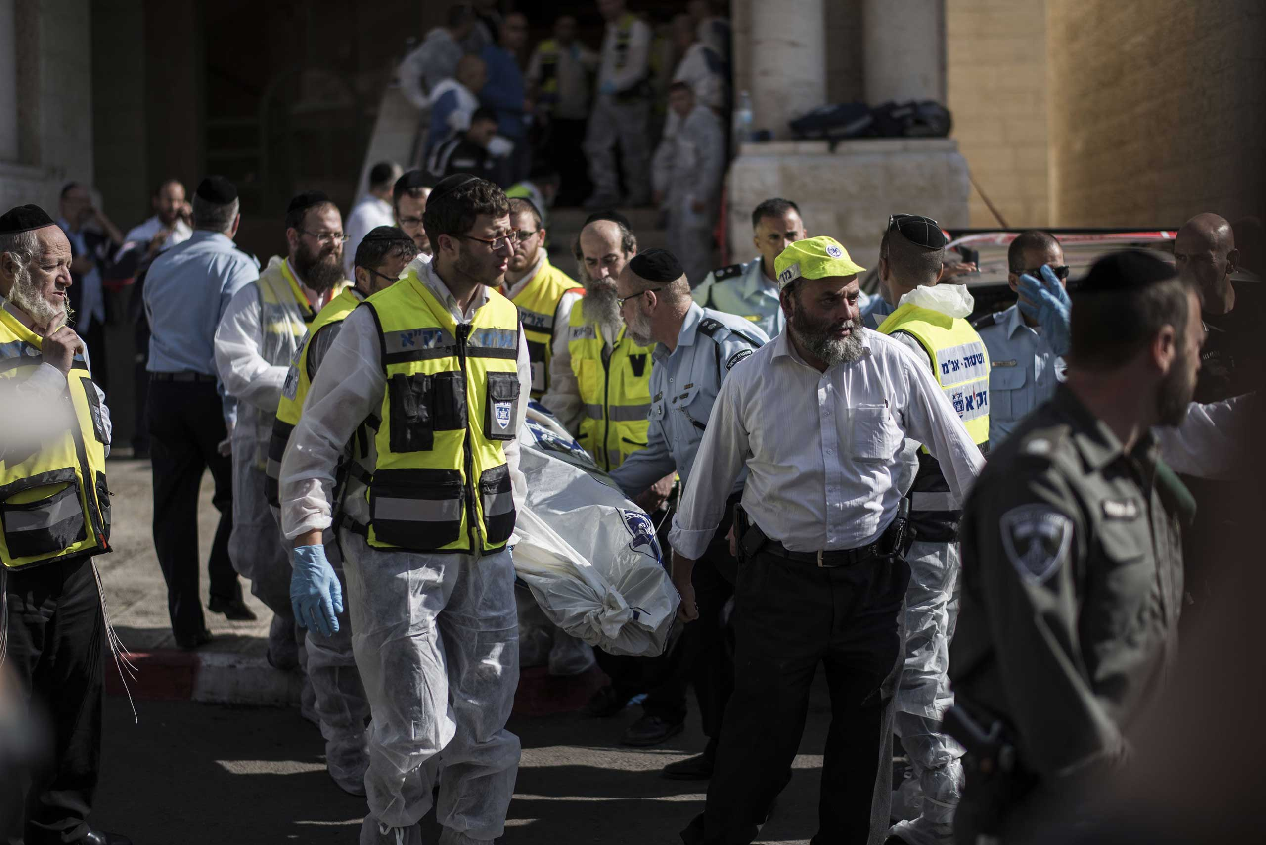 Israeli emergency personnel remove the body of an Israeli man from a synagogue in Jerusalem on Nov. 18, 2014.