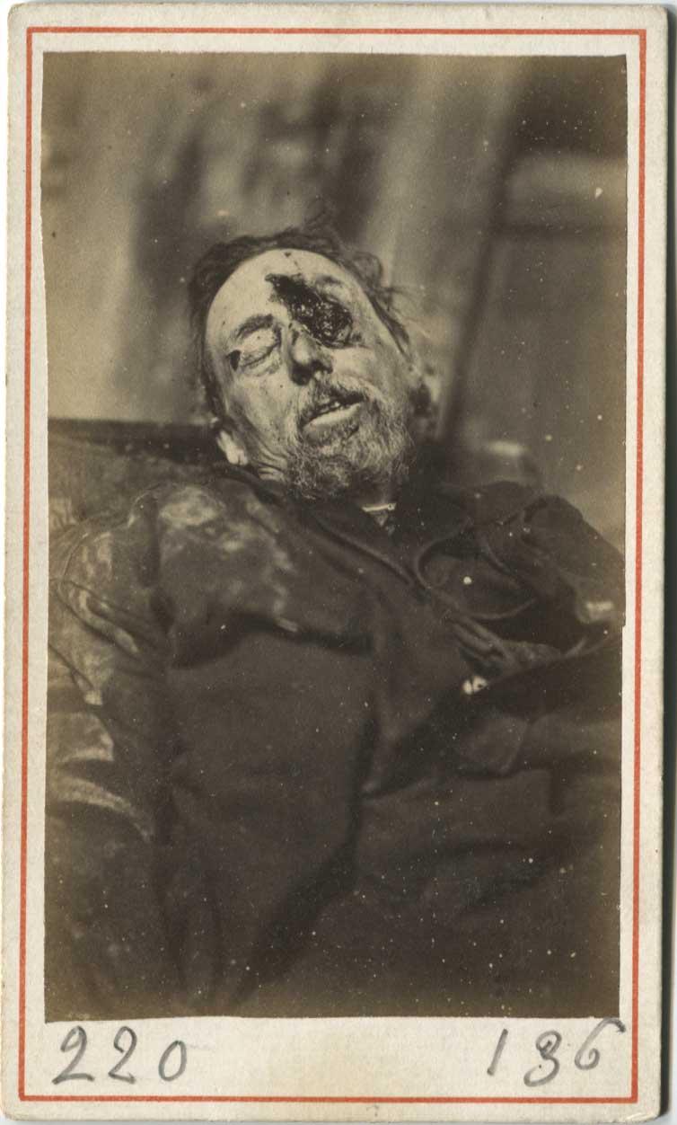 T. Bondi, photographe de l'école militaire gardes nationaux tombés au combat, 1871.