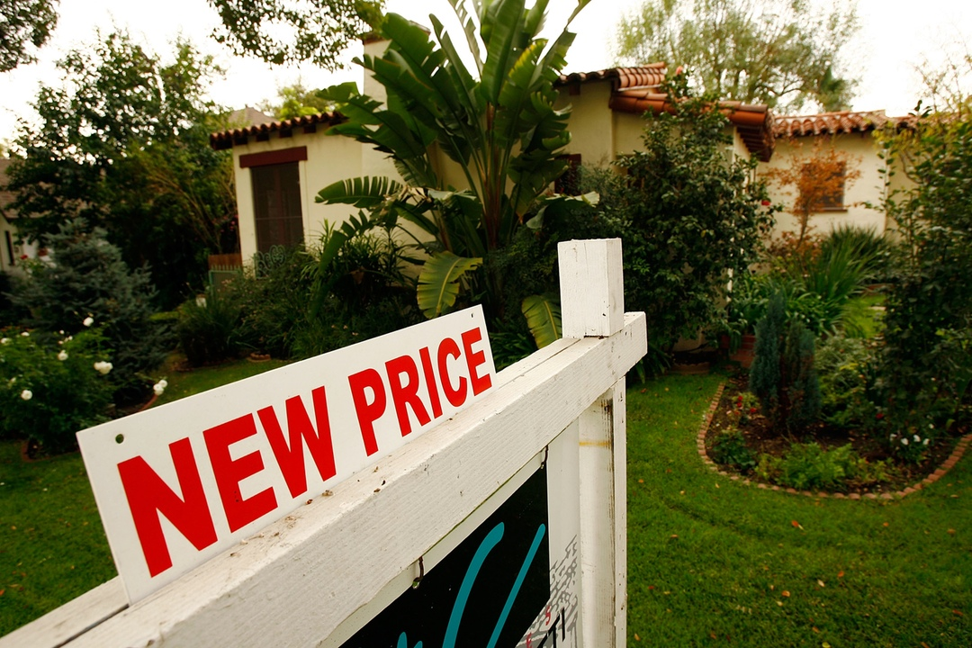 GLENDALE, CA - NOVEMBER 27:  A reduced price sign sits in front of a house November 27, 2007 in Glendale, California. U.S. home prices plummeted 4.5 percent in the third quarter from the year before. It is the biggest drop since the start of Standard & Poor's nationwide housing index 20 years ago, the research group announced. Prices also fell 1.7 percent from the previous three-month period in the largest quarter-to-quarter decline in the index's history.    (Photo by David McNew/Getty Images)