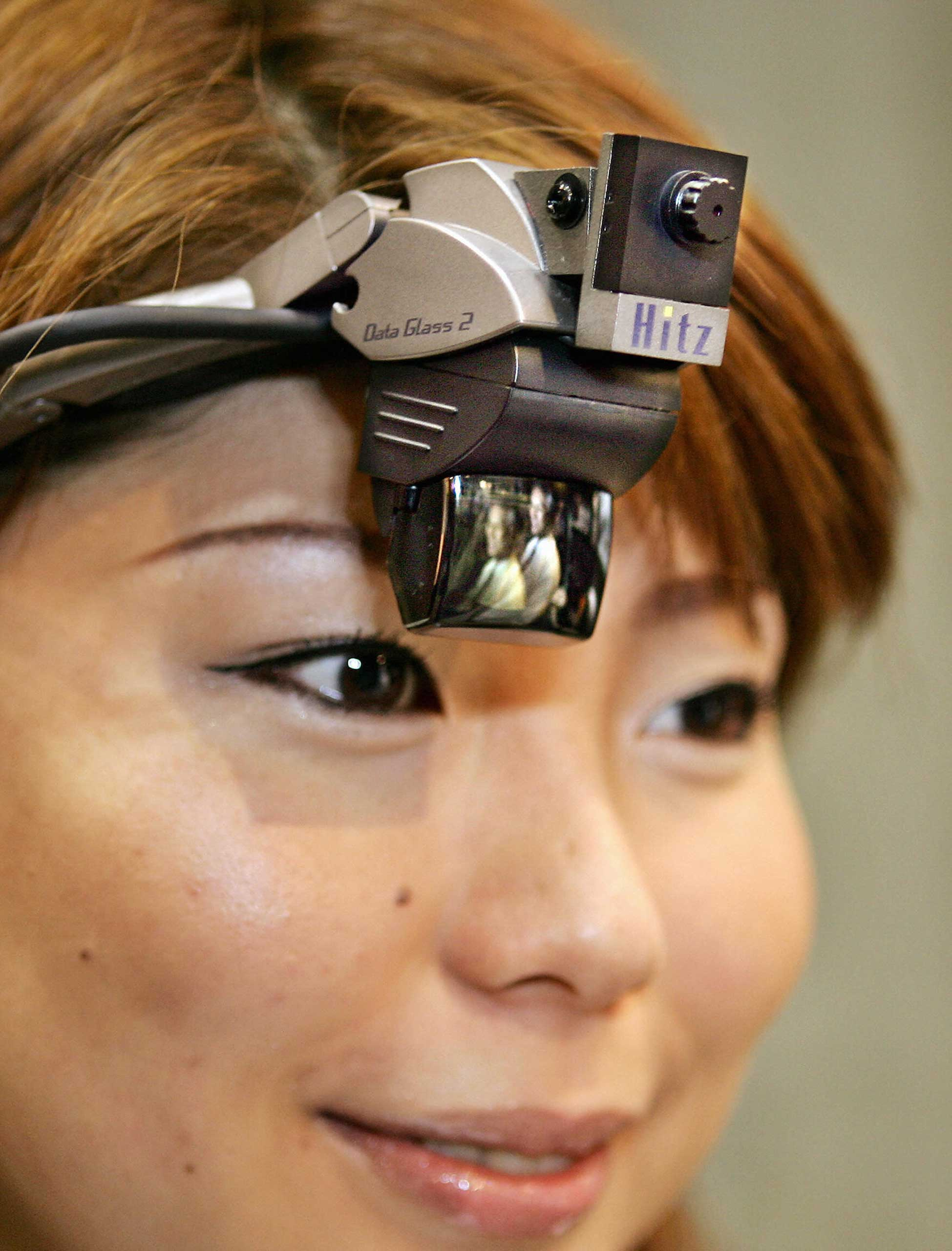 2005                                                              A girl wore a full color head mounted display with a built-in camera as Japan's machinery maker Hitachi Zosen and Shimadzu unveiled a wearable computer, consisting of the HMD and a palm sized Windows XP PC with a pointing device at a virtual reality exhibition in Tokyo.