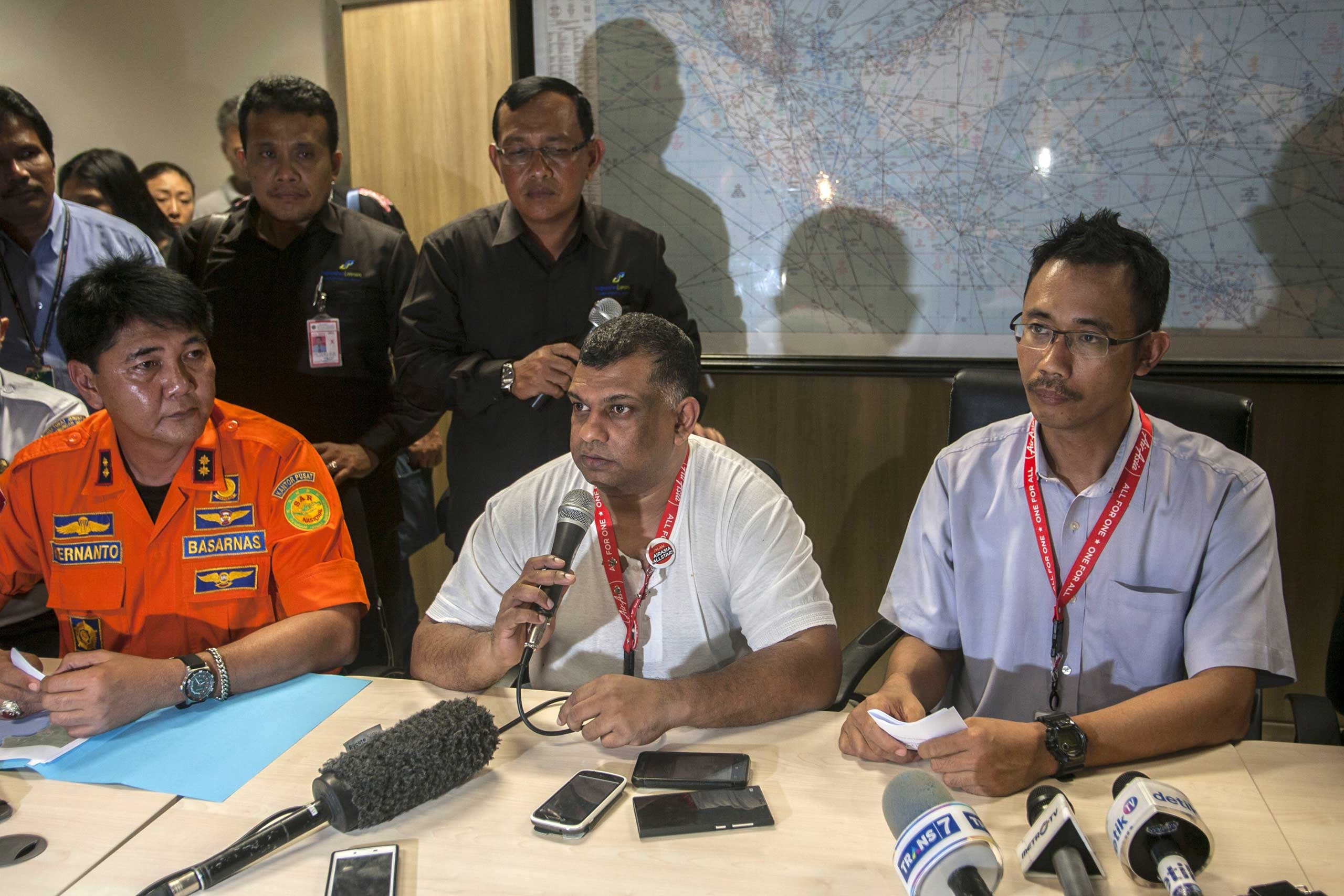 Fernandes, center,  speaks during a press conference in Surabaya, East Java, on Dec. 28, 2014, following the disappearance of AirAsia flight QZ8501.