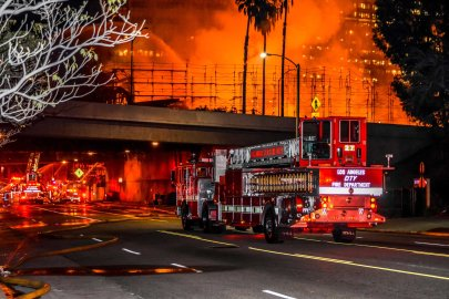 Los Angeles CA, USA 08 Dec 2014 Firefighters at a large apartment building fire in downtown Los Angeles which shut down major freeways. © Chester Brown/Alamy Live News