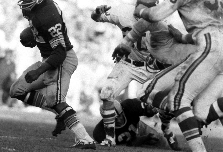 <b>Not published in LIFE.</b> Green Bay's Elijah Pitts eludes Kansas City defenders, Super Bowl I, 1967.