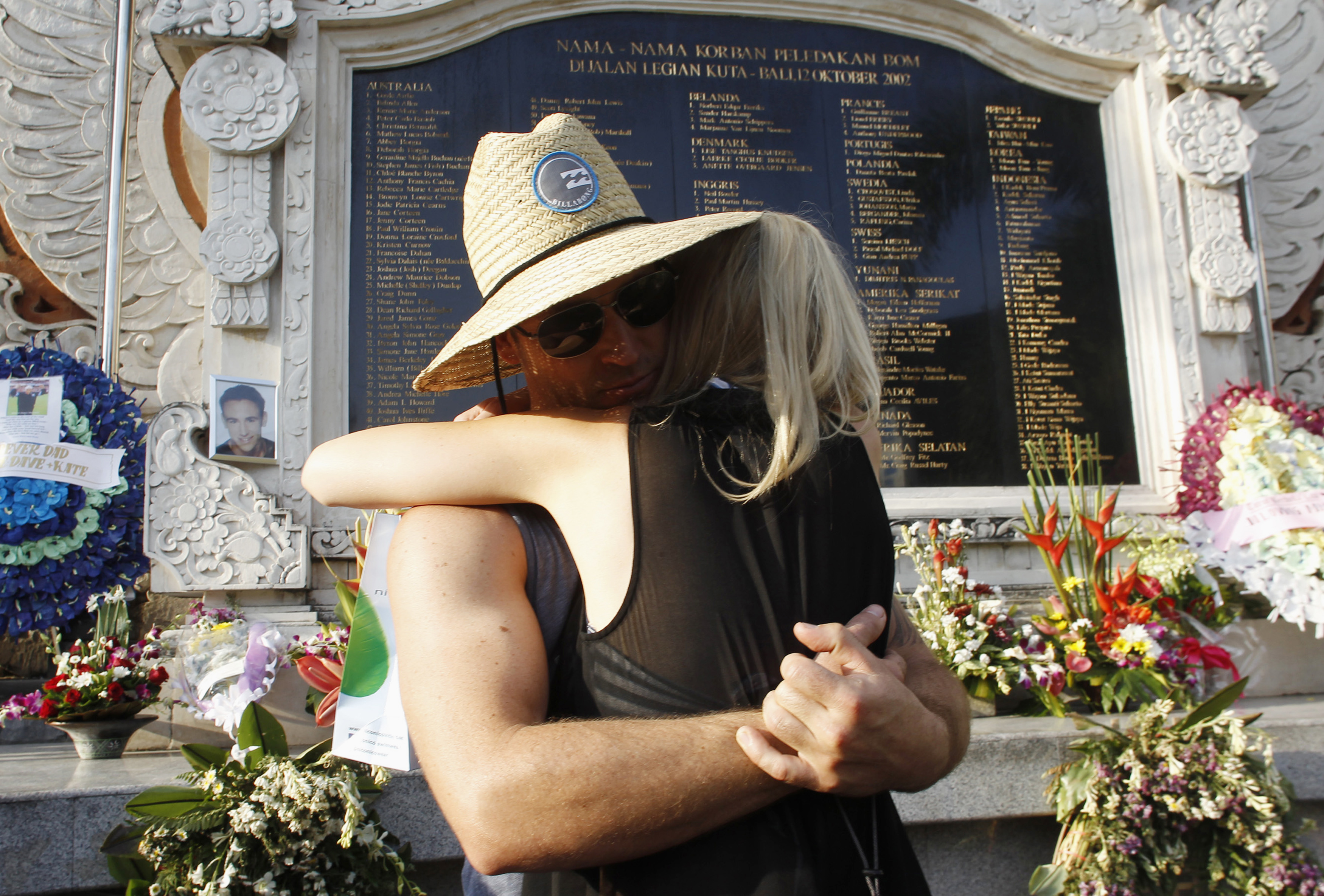 Australian citizens mourn for their compatriots who were victims of the 2002 Bali bomb blasts, in front of the memorial monument, ahead of the tenth anniversary of the incident in Kuta, Bali October 11, 2012.