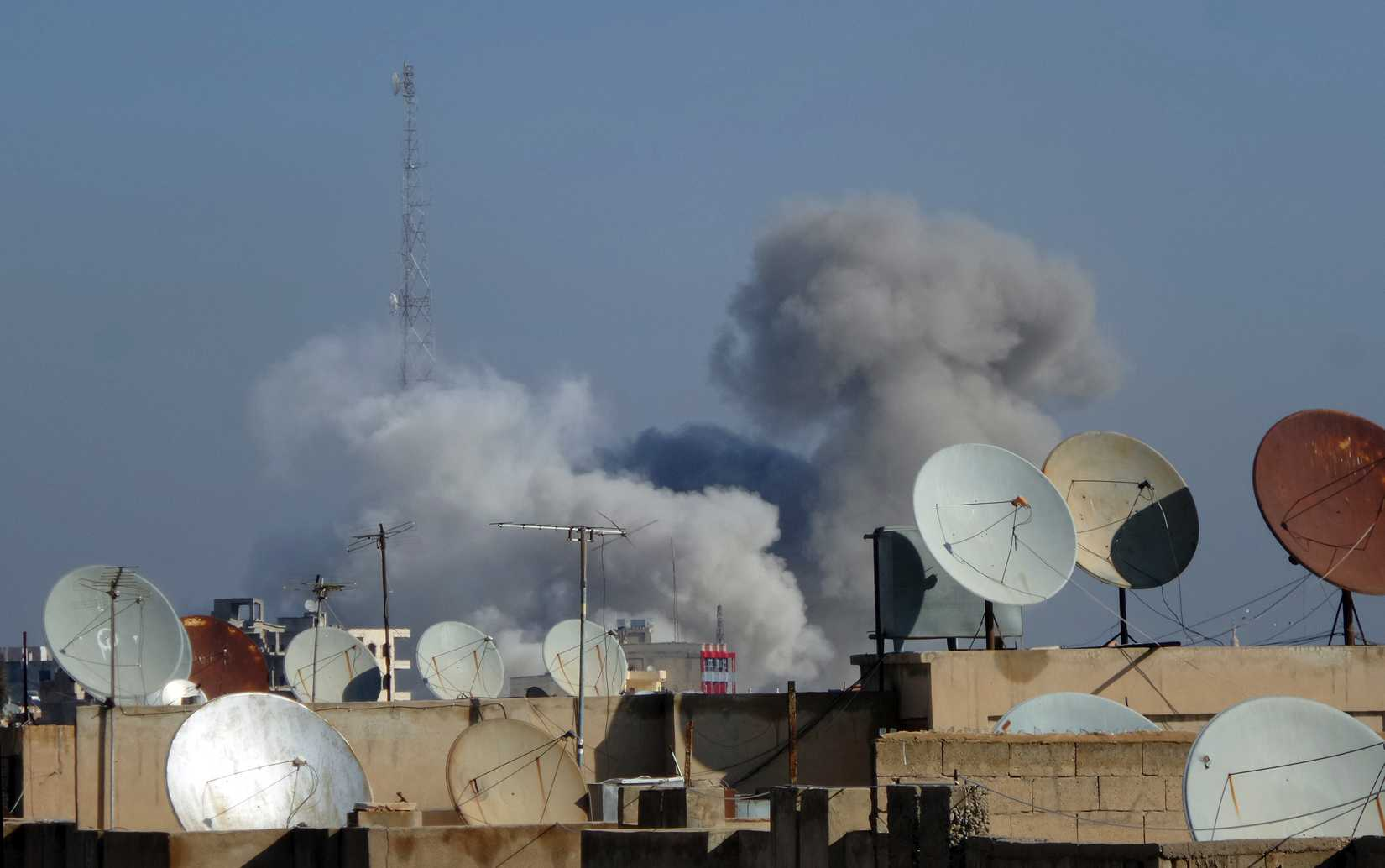 Smoke rises after what activists said were four air strikes by forces loyal to Syria's president Bashar Al-Assad in Raqqa November 28, 2014.
