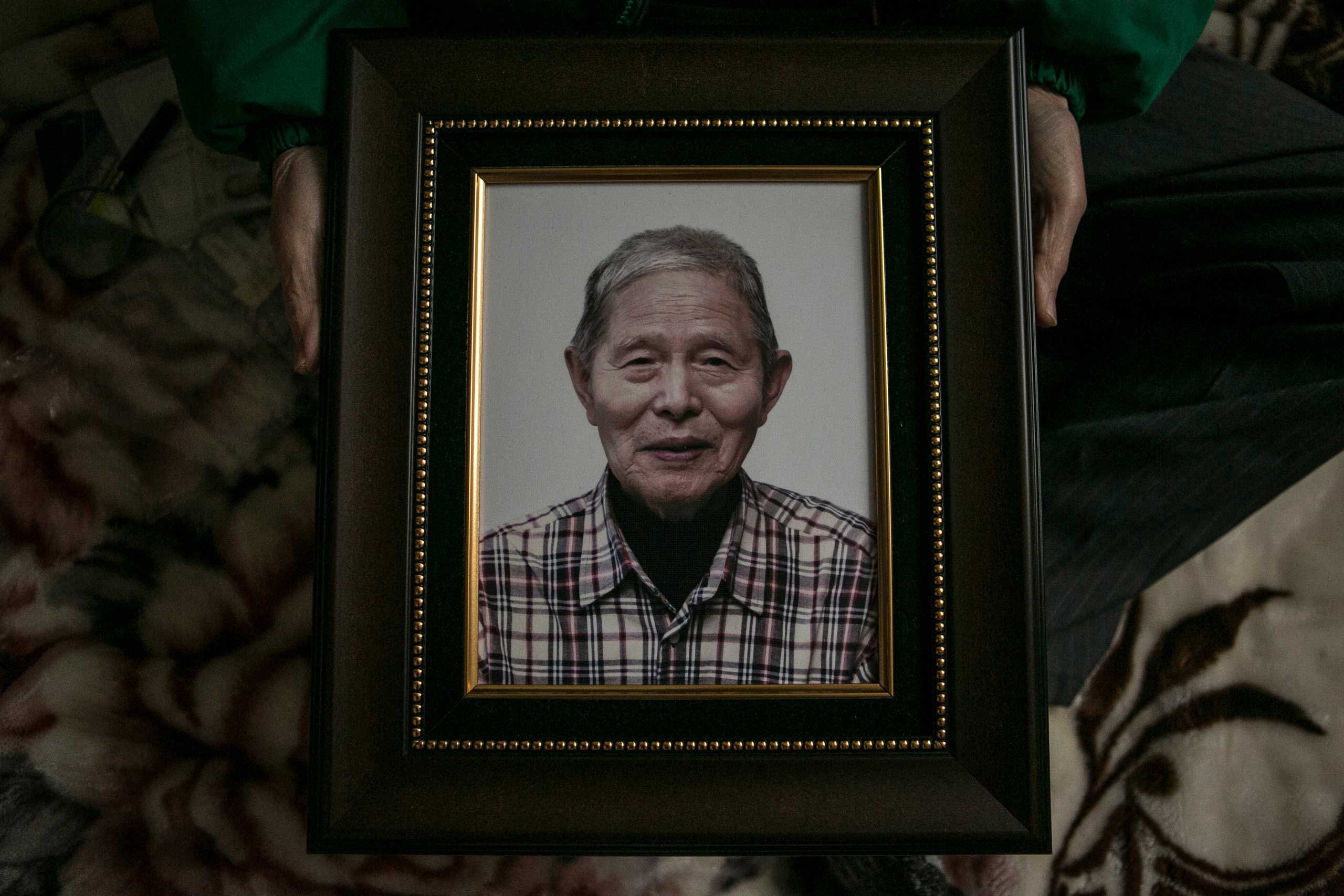 Ham Hak-joon shows a photo of him, which will be used in his funeral, in his one-room home on top of the hill in Jongro District, Seoul, Dec. 27, 2014.